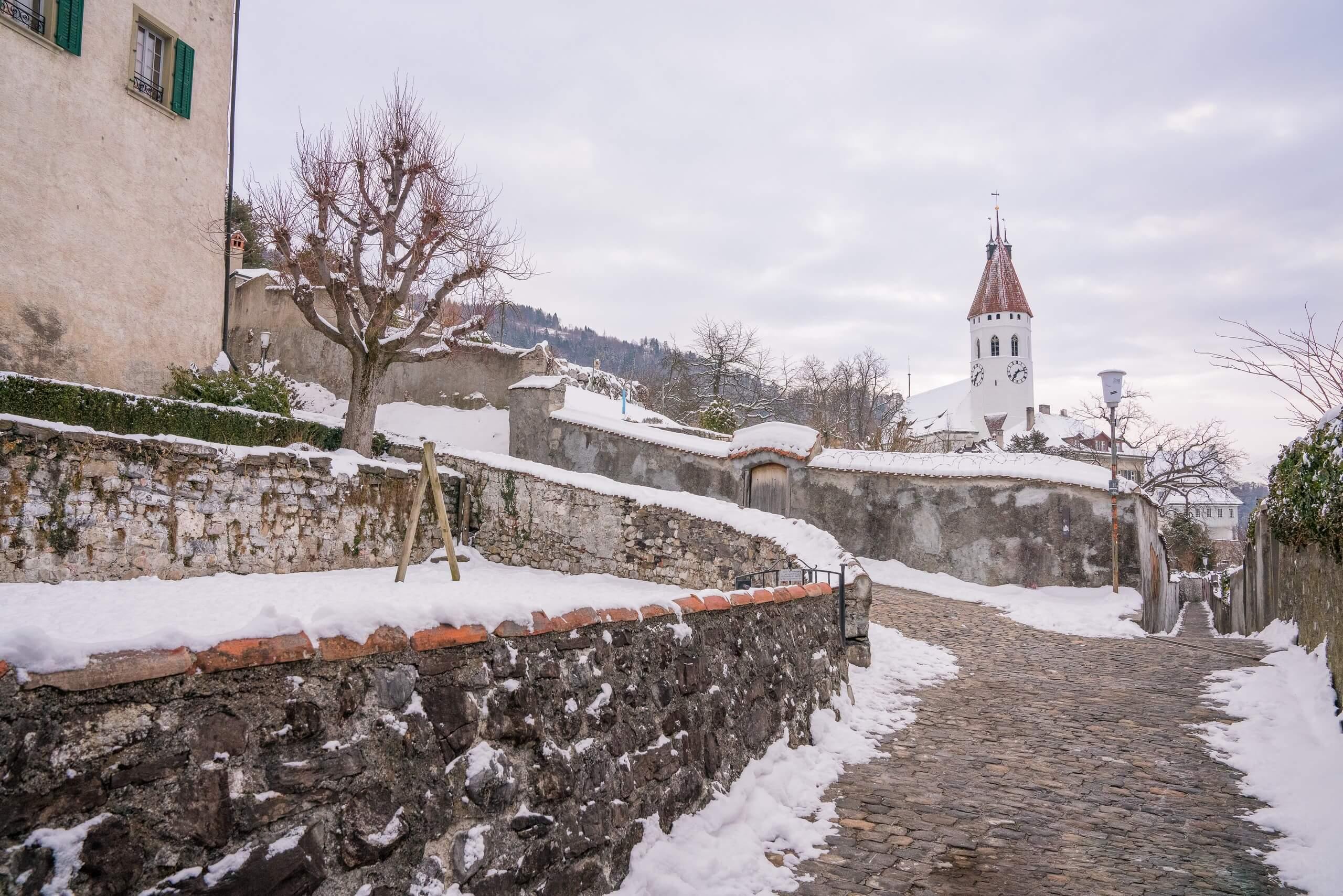 thun-schlossberg-winter-schnee-kirche