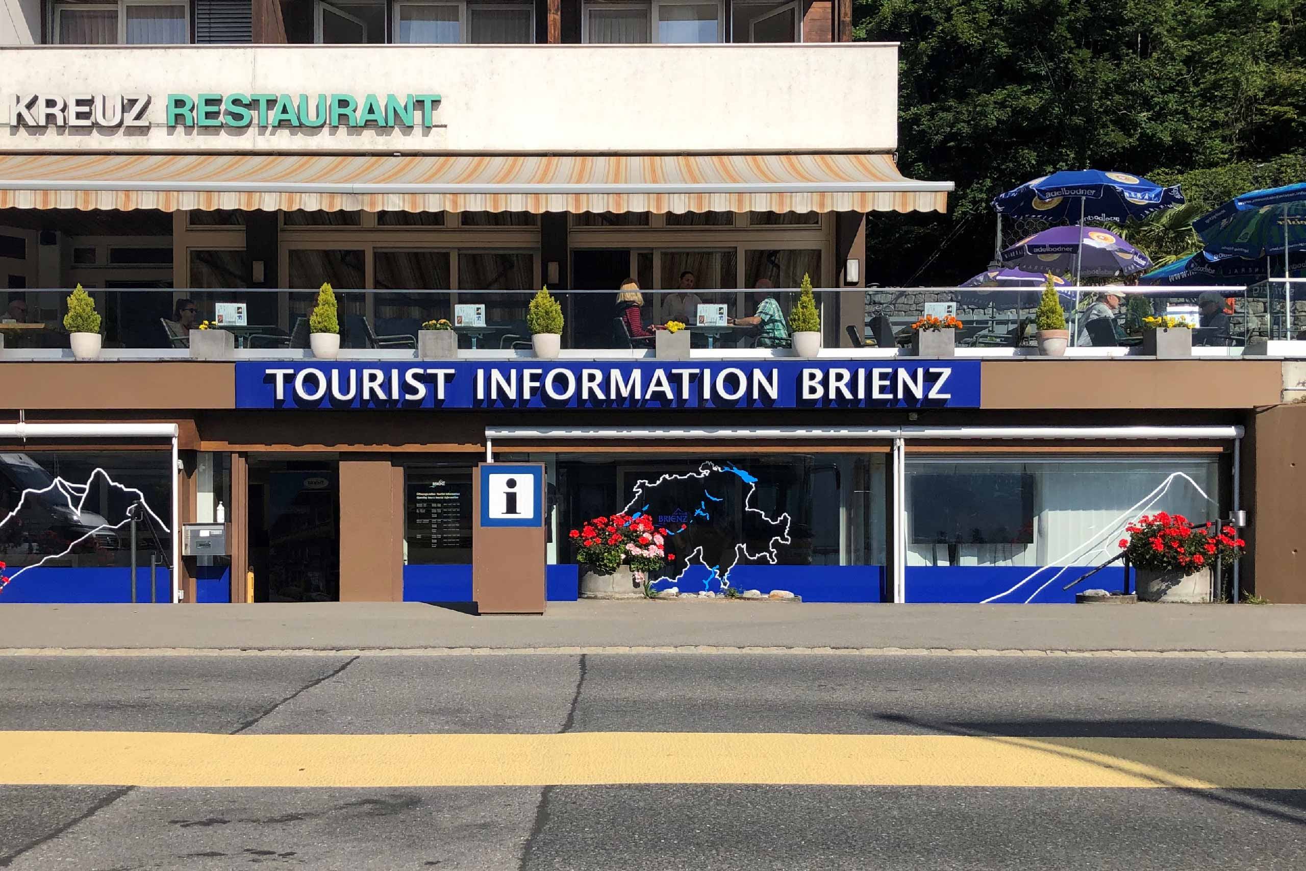 brienz-tourismus-buerau-information-schaufenster-sommer-ansicht.jpg