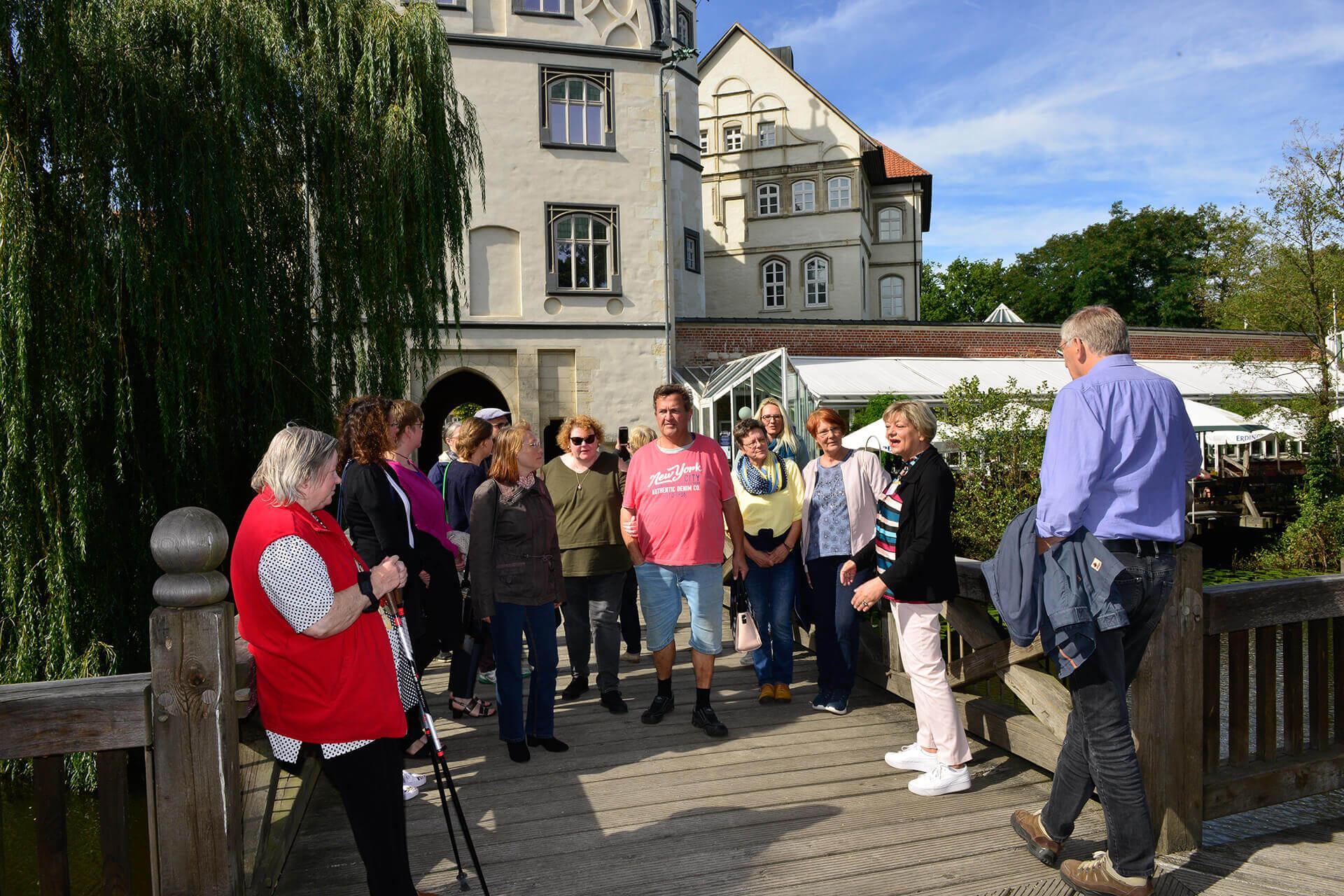 Gruppe vor dem Gifhorner Schloss