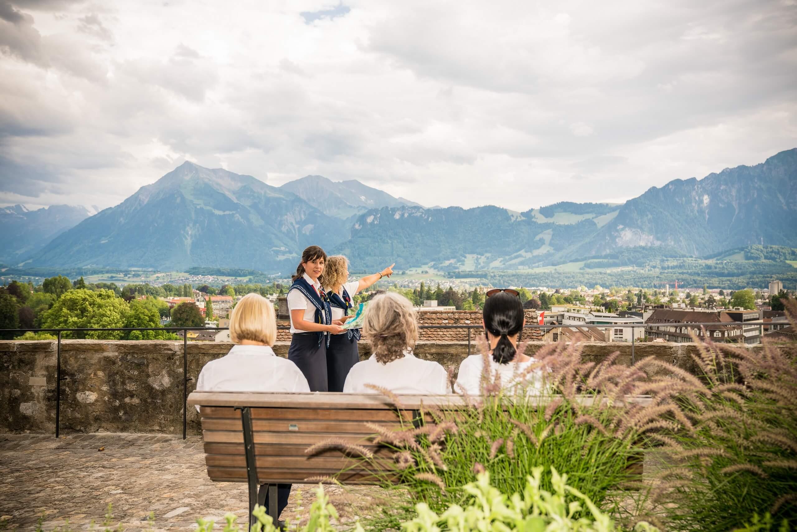 thun-stadtfuehrungen-sommer-panorama-gruppe-subthemenseite