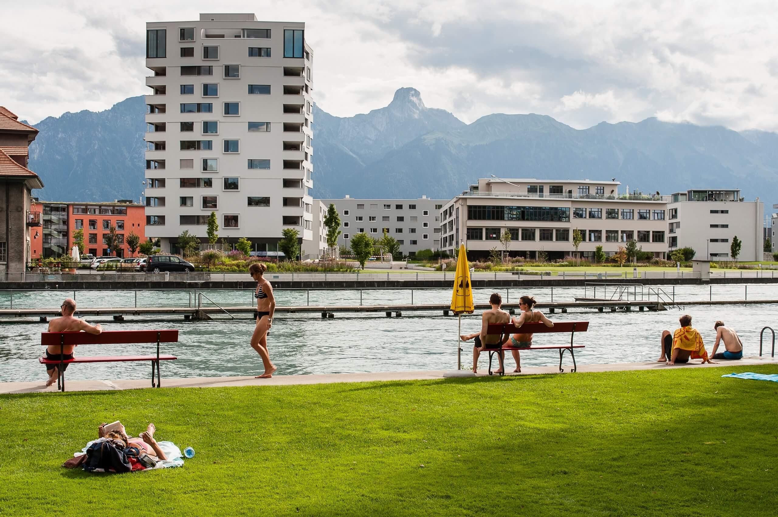 thun-schwaebis-aarebad-sommer-schwimmen