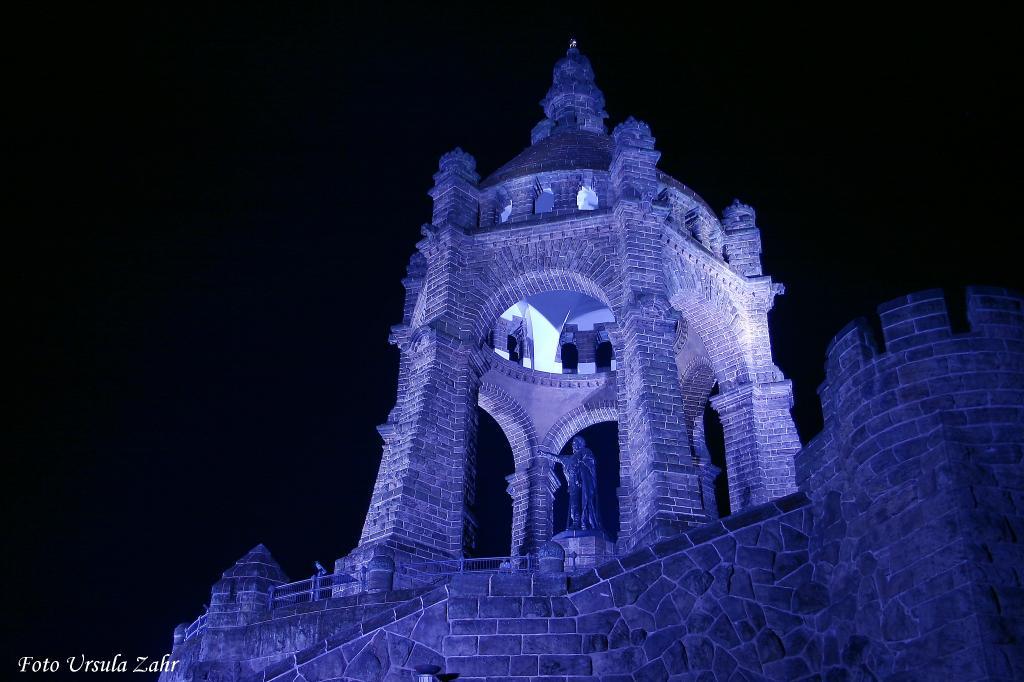 Licht-Installation zu LandArt: `Der blaue Kaiser` an der Porta Westfalica