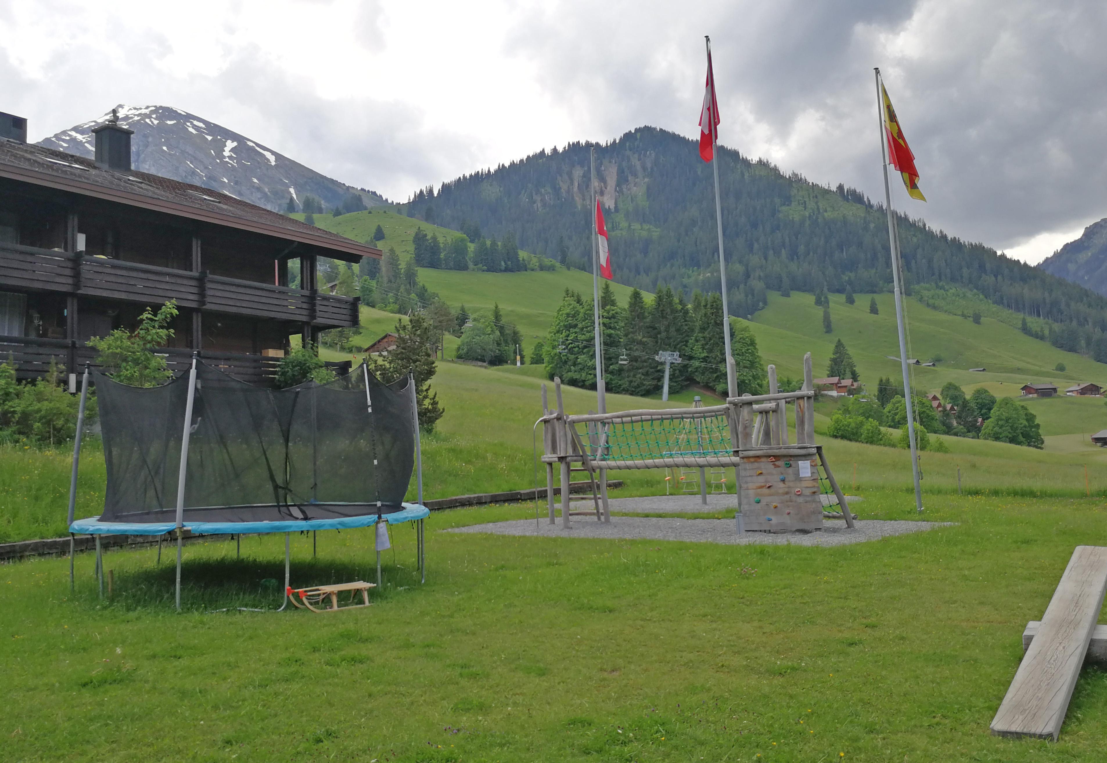 Grosszügiger Spielplatz mit Trampolin, Kletterturm und Karusell