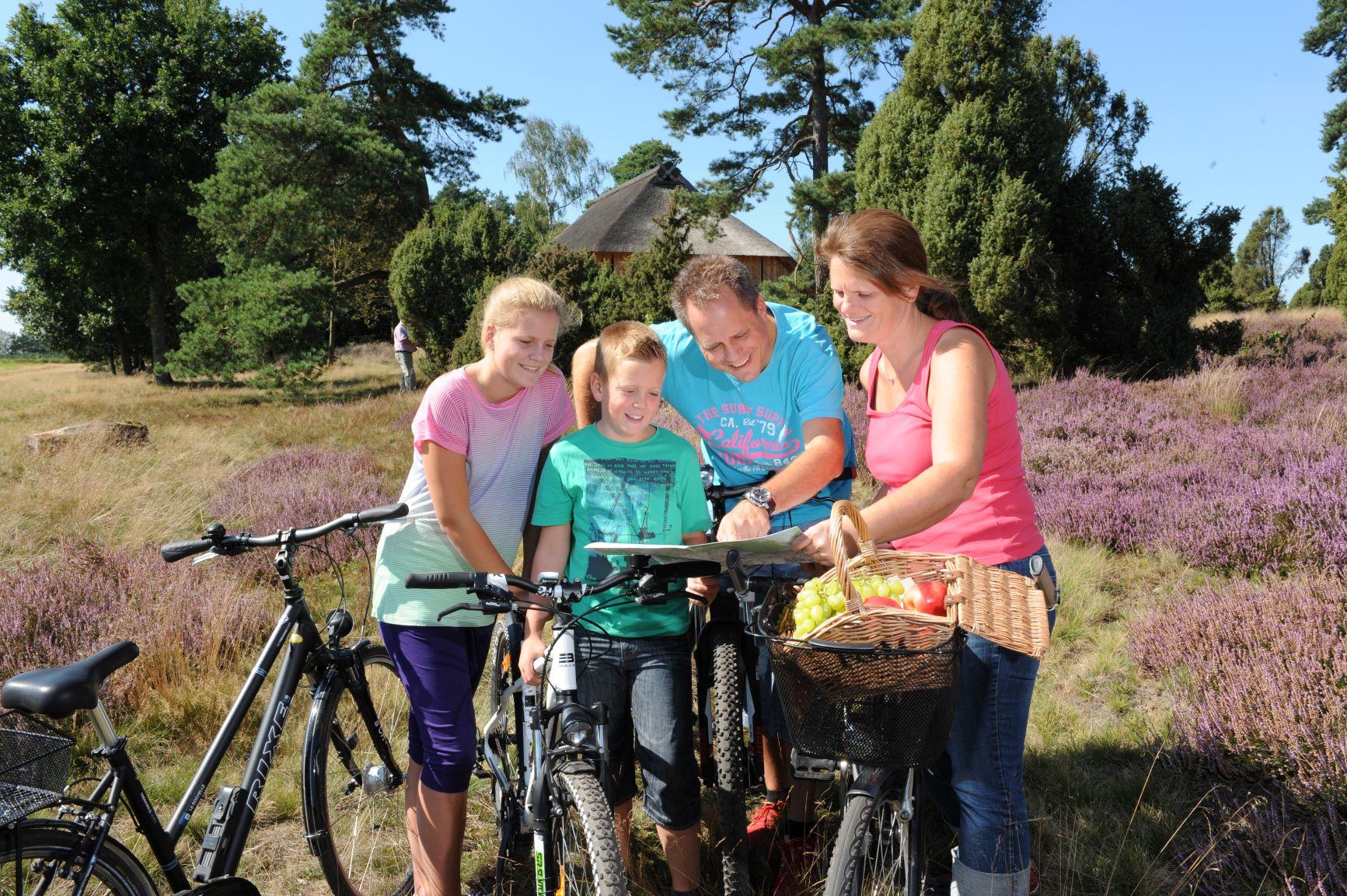 Familie auf Radtour im Heiligen Hain