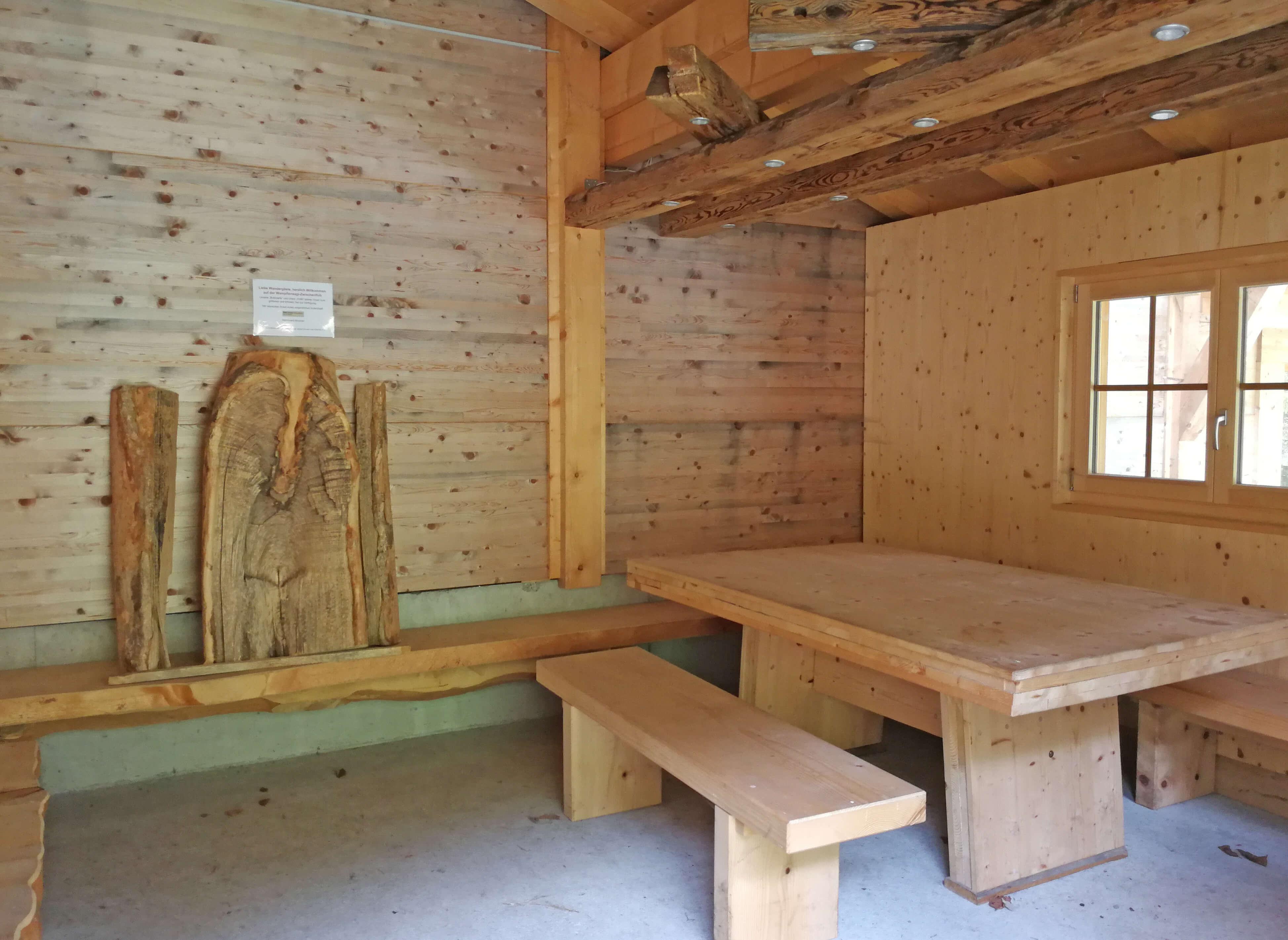 Grosser Tisch im Innern der Hütte