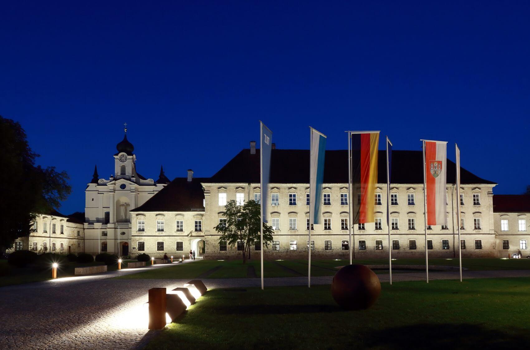 kloster-raitenhaslach-gesamtansicht-mit-fahnen-bei-nacht