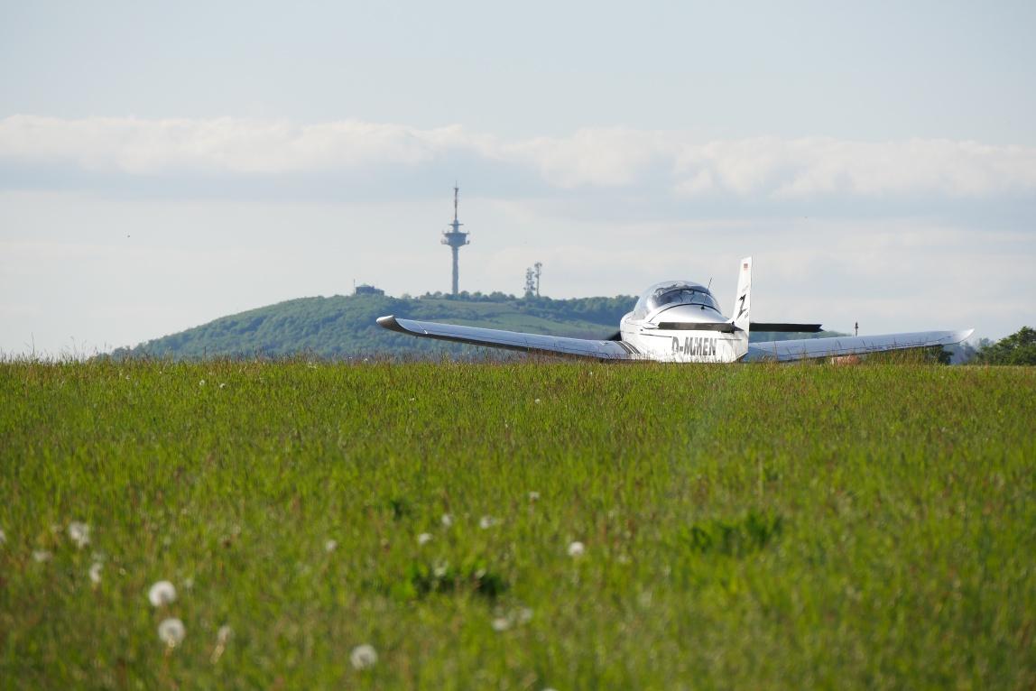 Flugplatz am Räuschenberg mit Köterberg im Hintergrund