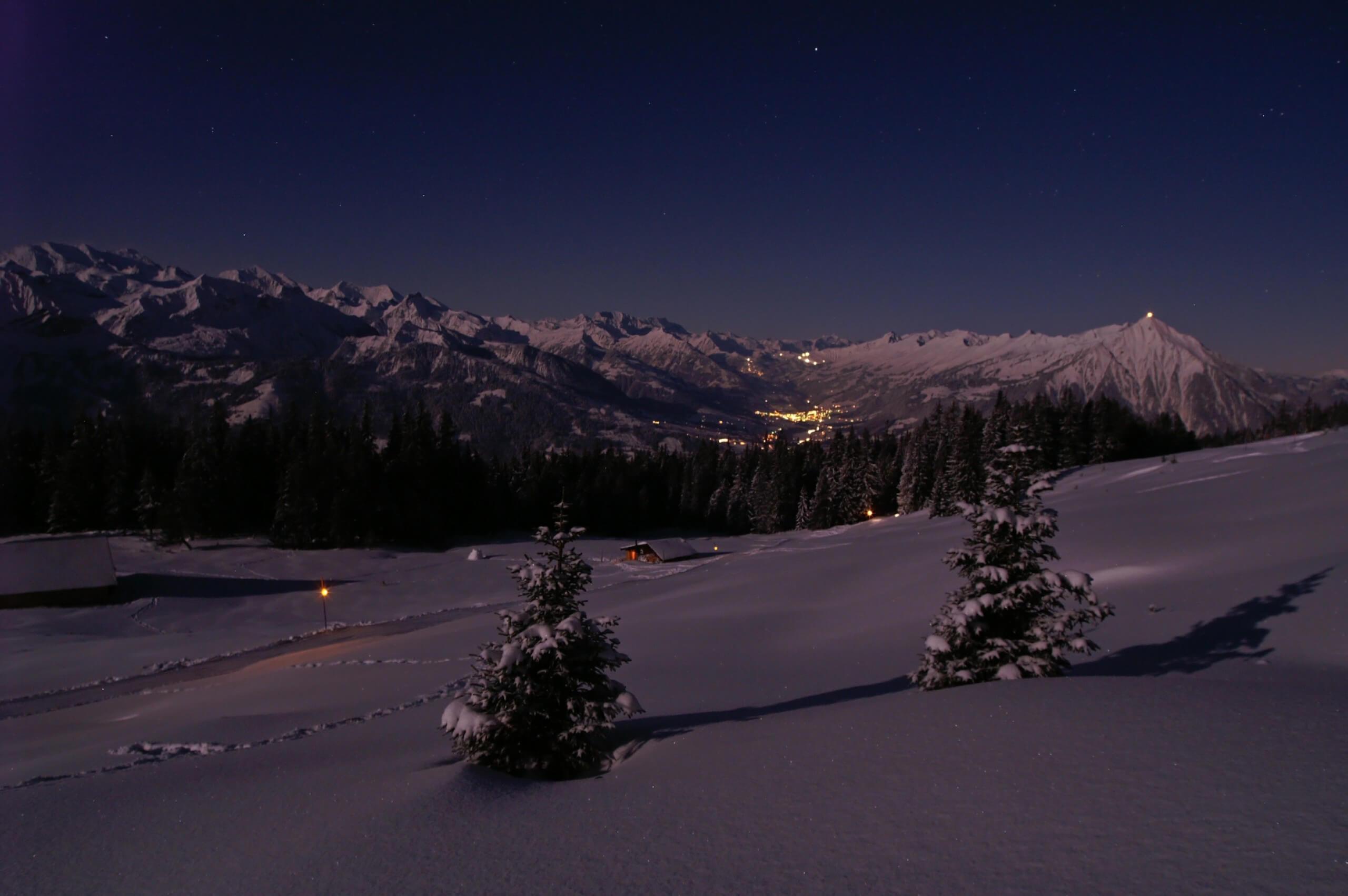 niederhorn-schlitteln-winter-nacht-sterne-mond-lichter-niesen