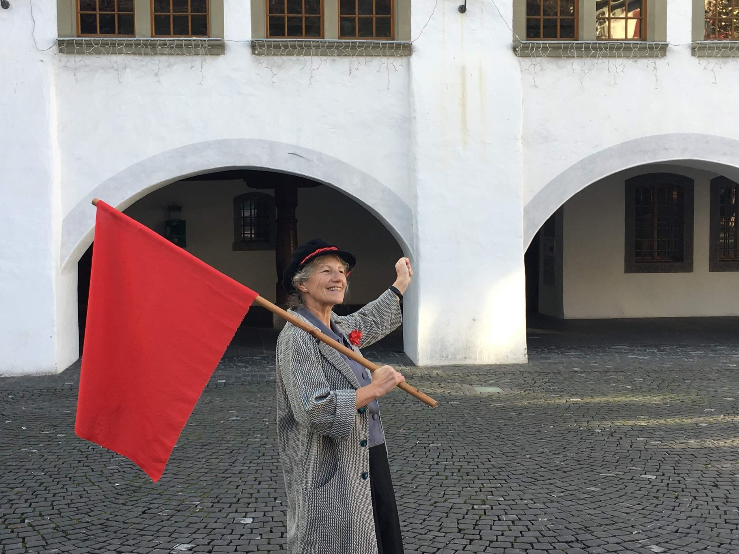 thun-stadtfuehrung-thun-im-aufbruch-rote-fahne-rathaus.jpg
