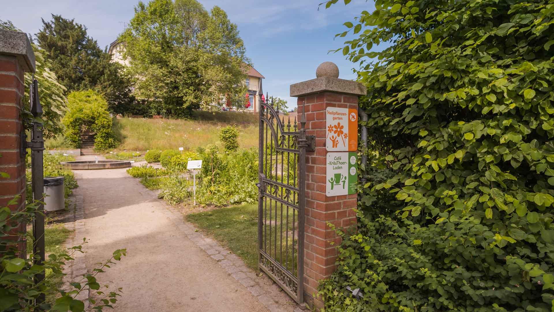 Der Eingang zum Heilpflanzengarten