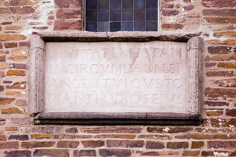 Inschrift auf einer Sandsteinplatte an der Außenmauer des Westwerks