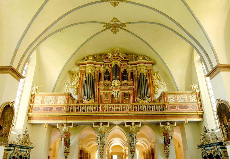 Orgel in der Abteikirche, in der regelmäßig Gottedienste stattfinden
