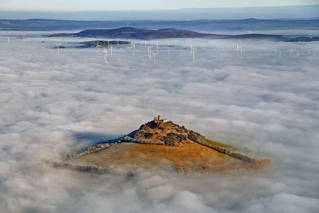 Der Desenberg ragt aus dem Nebel
