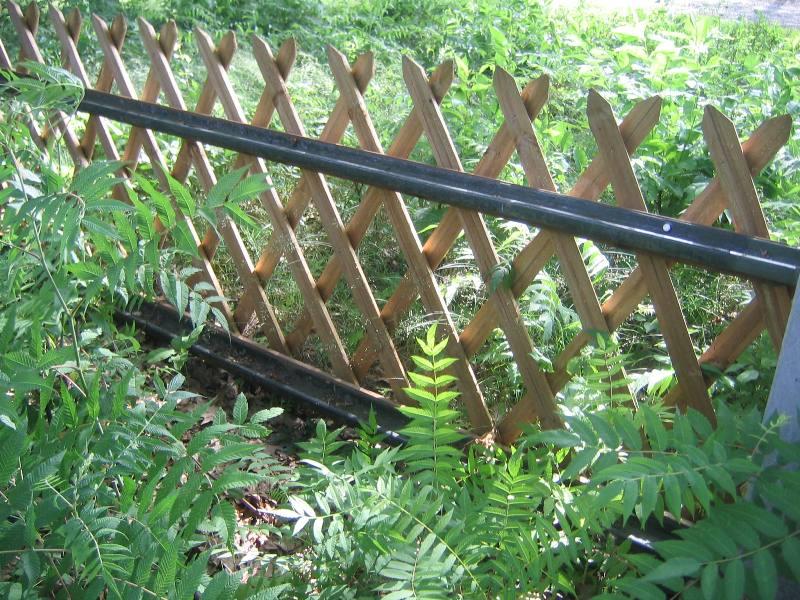 Zaun des Ehrenfriedhofs aus ehemaligen Lagerschienen