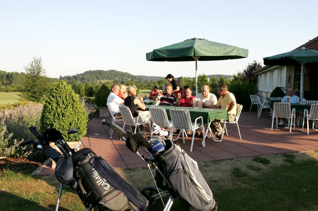 Bad Driburger Golfplatz - Außenterrasse der Gastronomie im Clubhaus