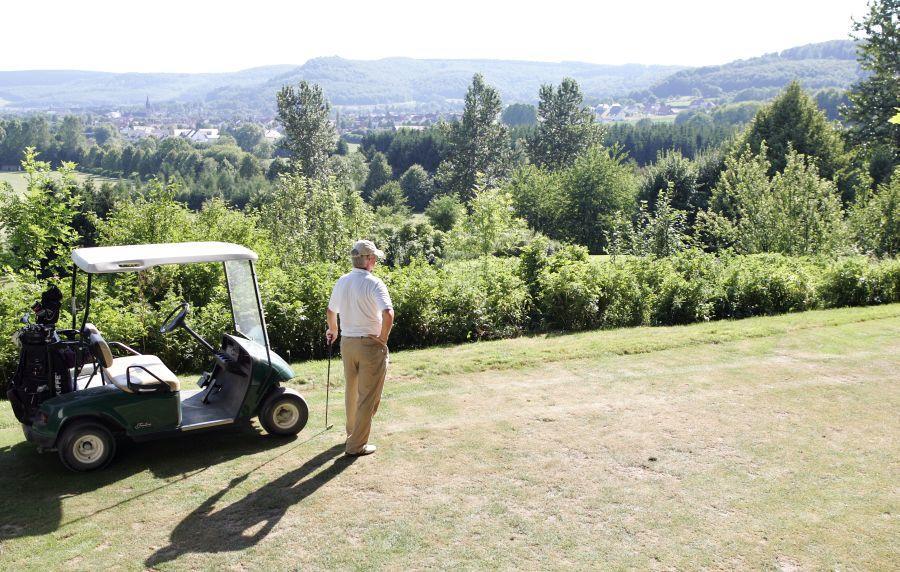 Golfer mit Caddy