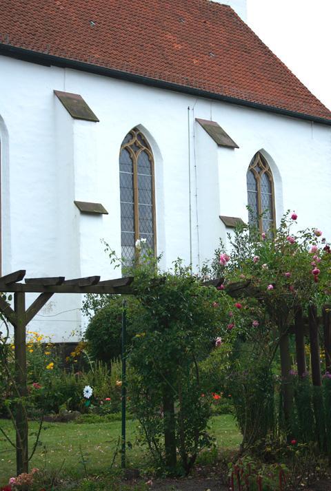 Stiftskirche Levern mit Rosen