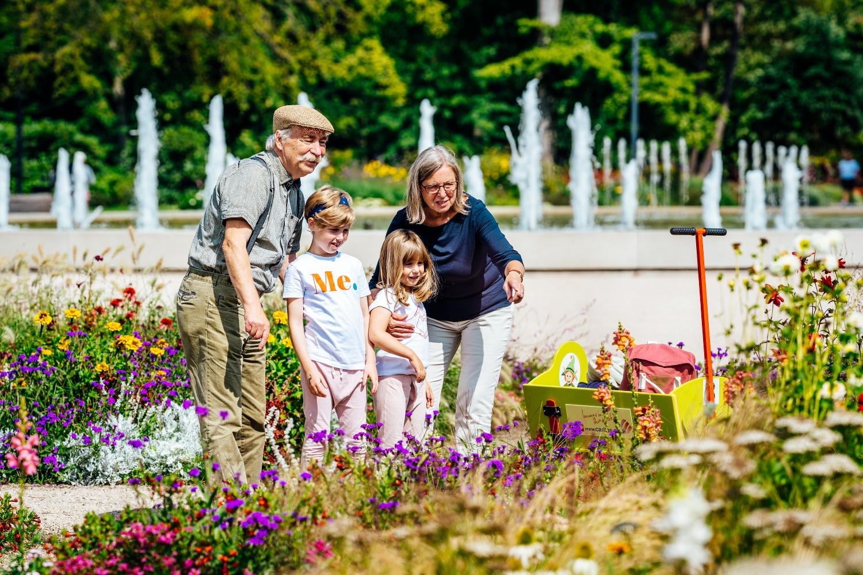 Großeltern, Enkel, Blumen, Fontäne