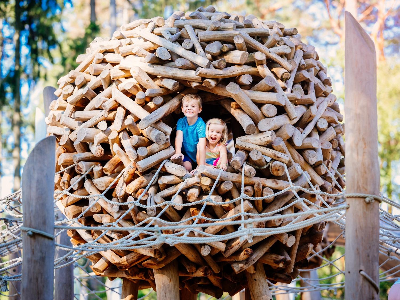 Kinder im Holzkokon