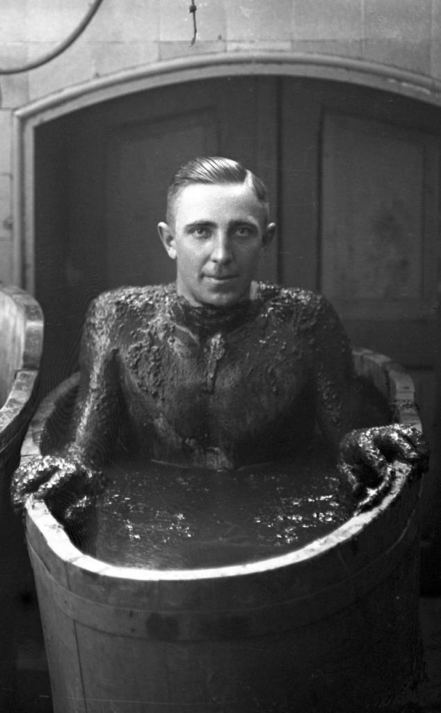 Kurgast im Moorbad um 1929