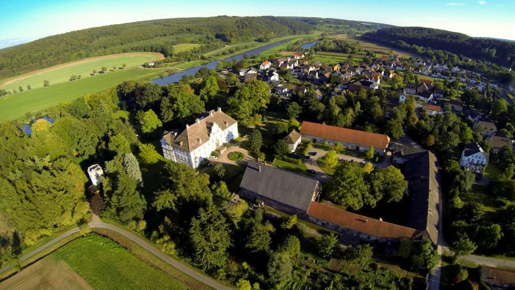 Blick ins Wesertal mit Schloss und Ort Wehrden