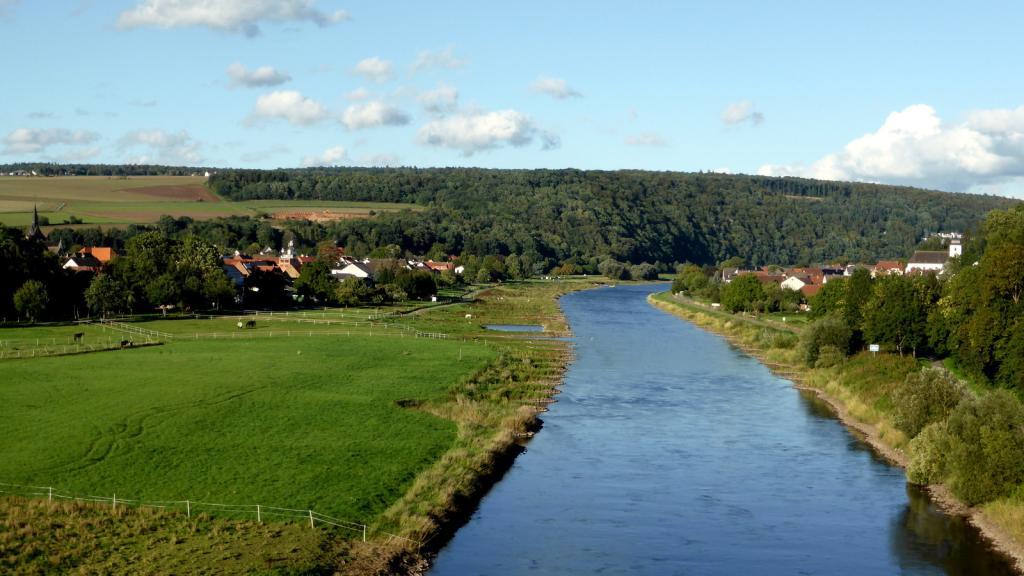 Herstelle rechts Würgassen links, Blick von der Weserbrücke