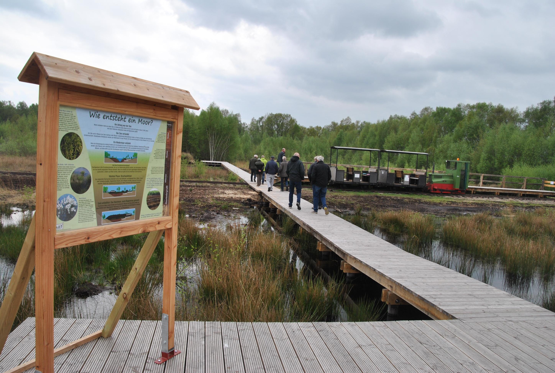 Hinweistafel am Ausstieg am Bohlenweg bei der Fahrt mit der Moorbahn in das Große Moor Westerbeck