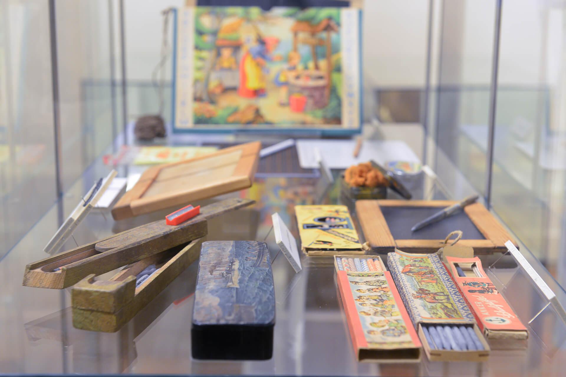 Blick in eine Vitrine im Schulmuseum Steinhorst