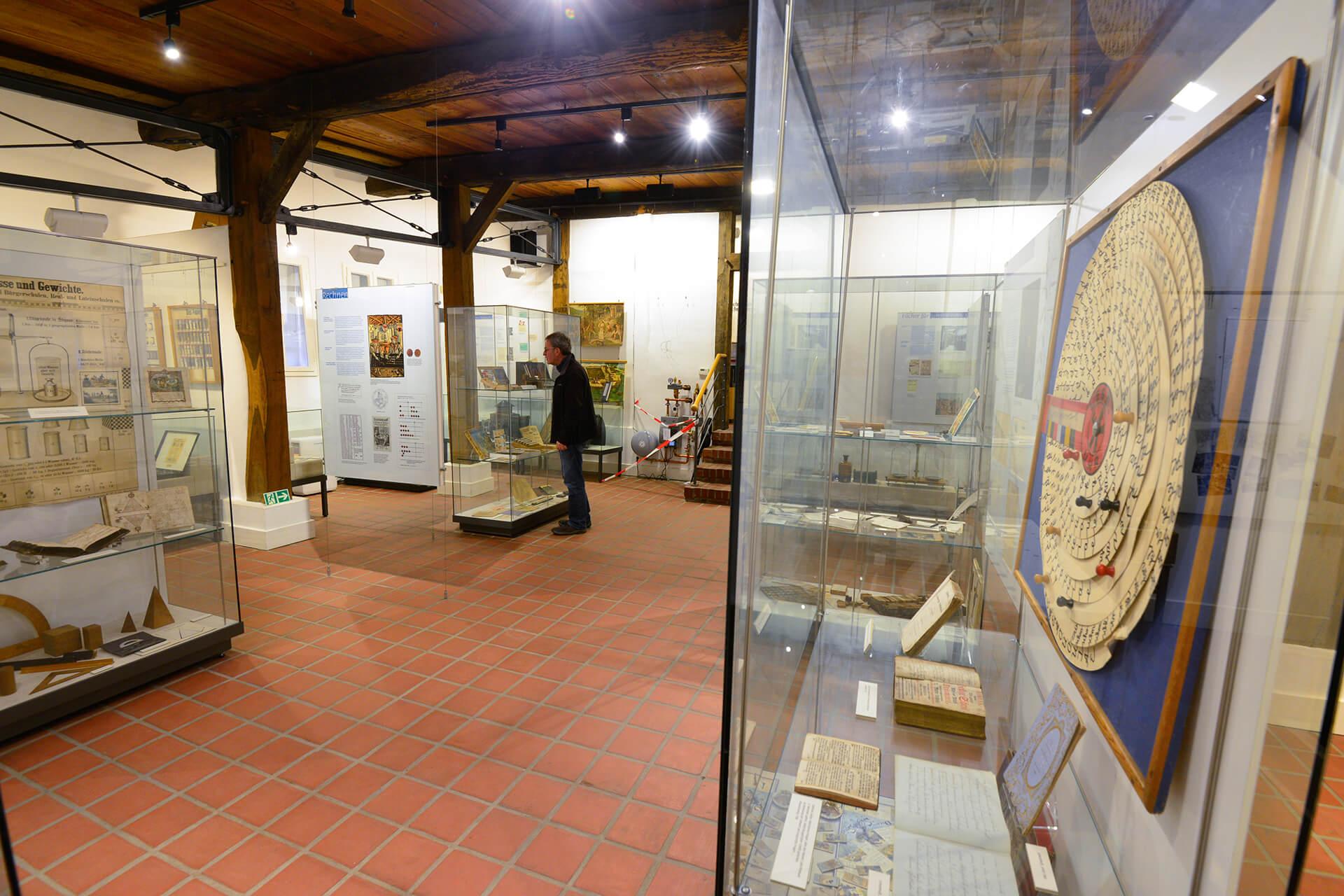 Blick eines Gastes in die Vitrine im Schulmuseum Steinhorst