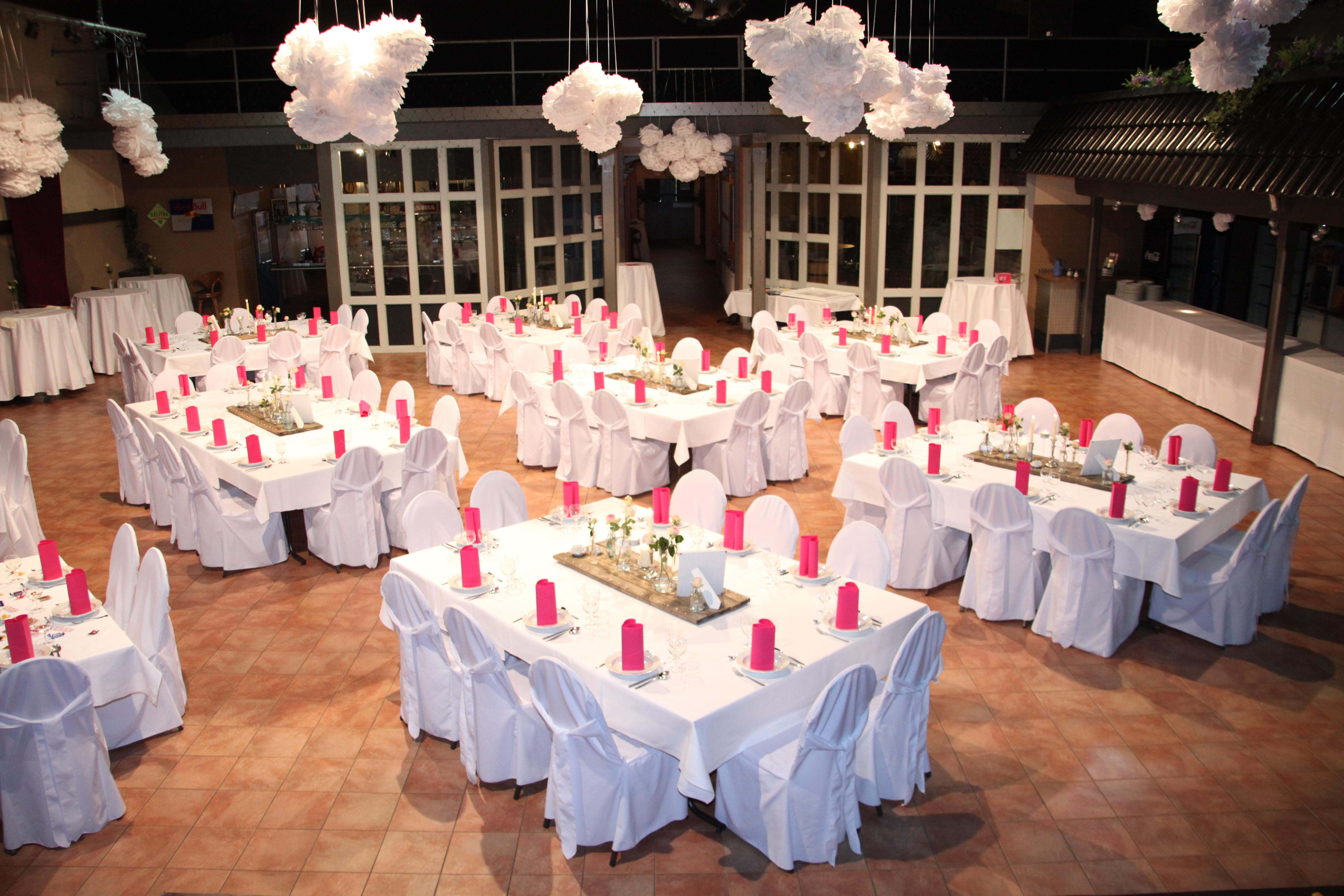 Festlich gedeckte Tische im KUBUS Kultur- und Eventhalle