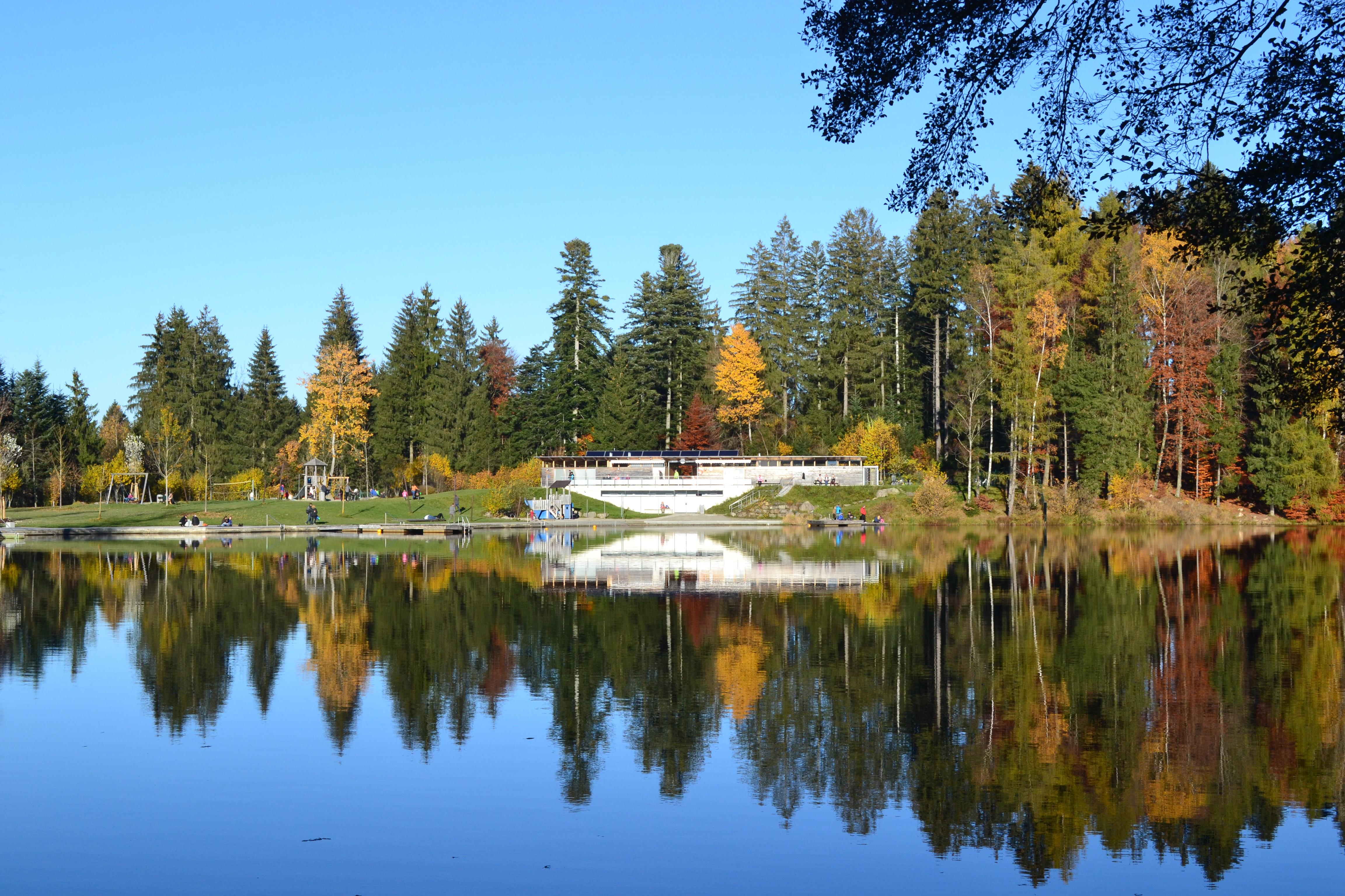 Waldseebad im Herbst