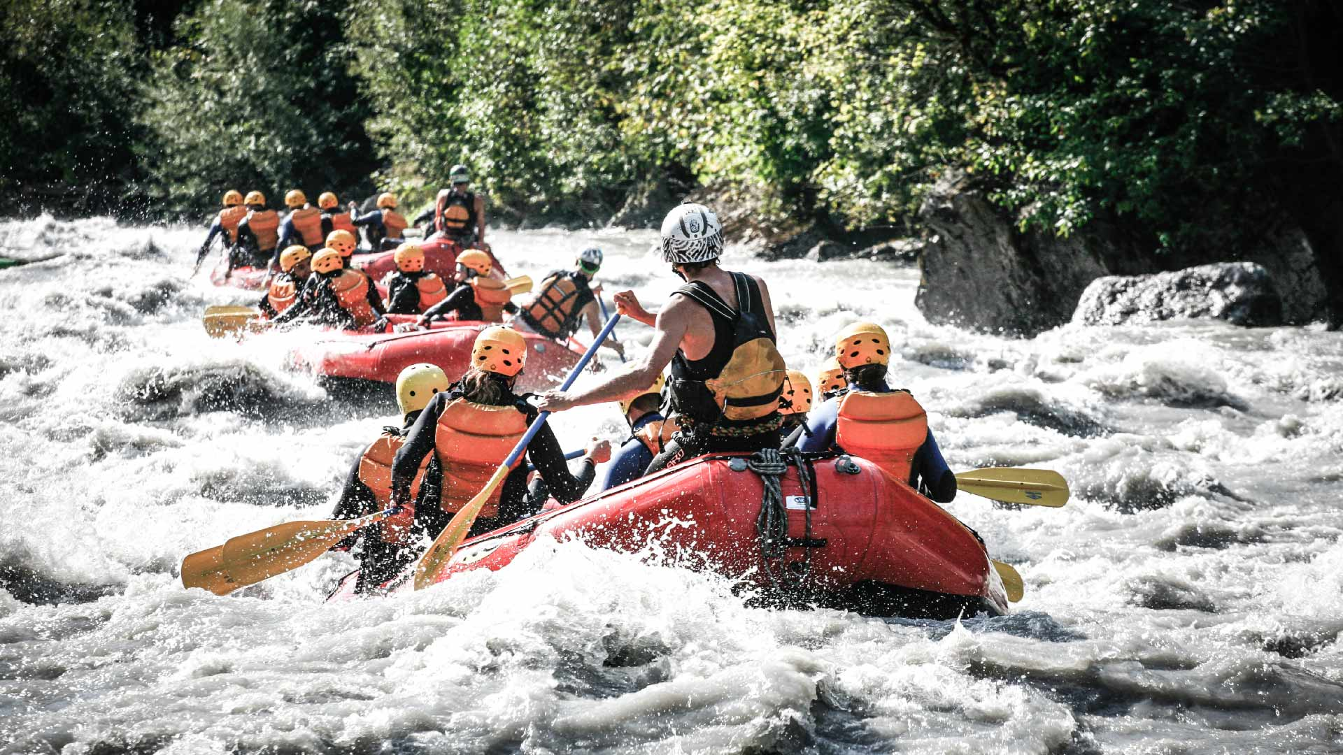 river-rafting-sommer-boote-rafting-gruppen-adventure