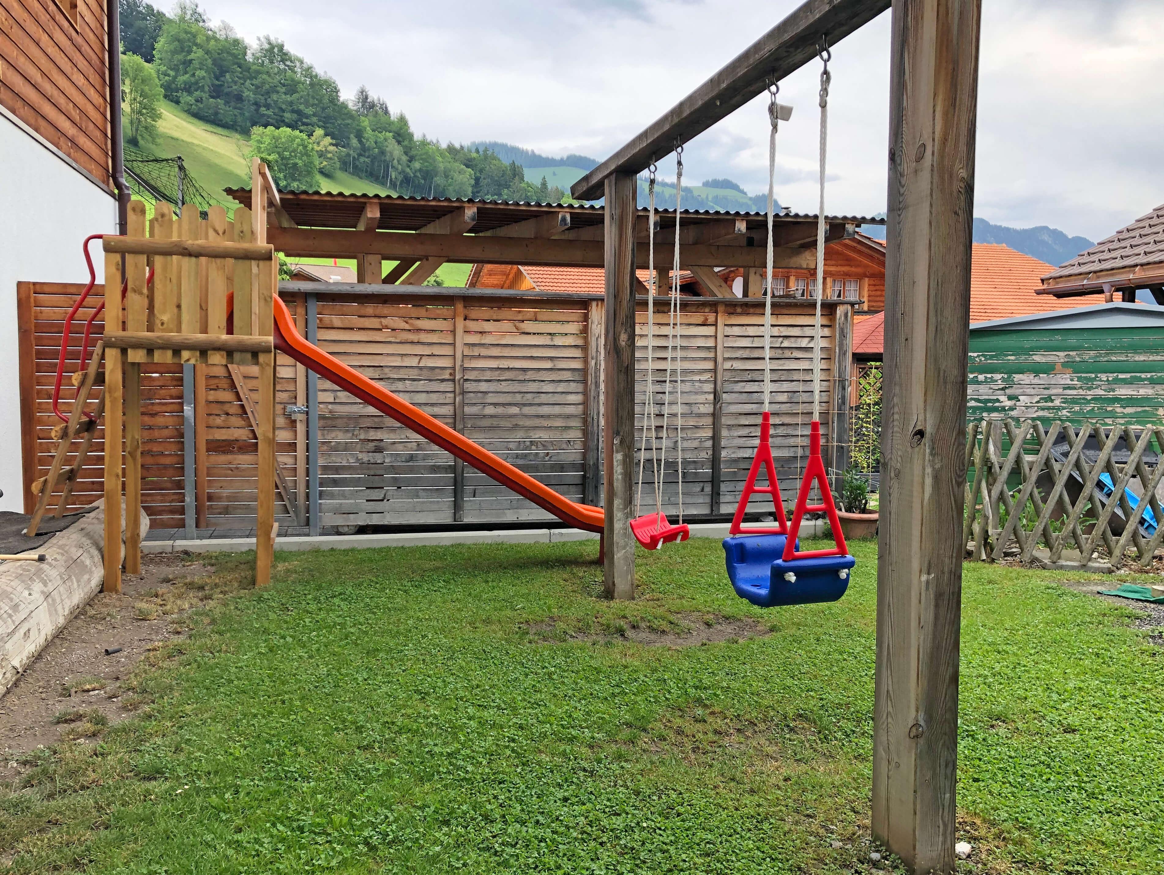 Spielplatz Hirschen Diemtigen mit Rutschbahn und Schaukel