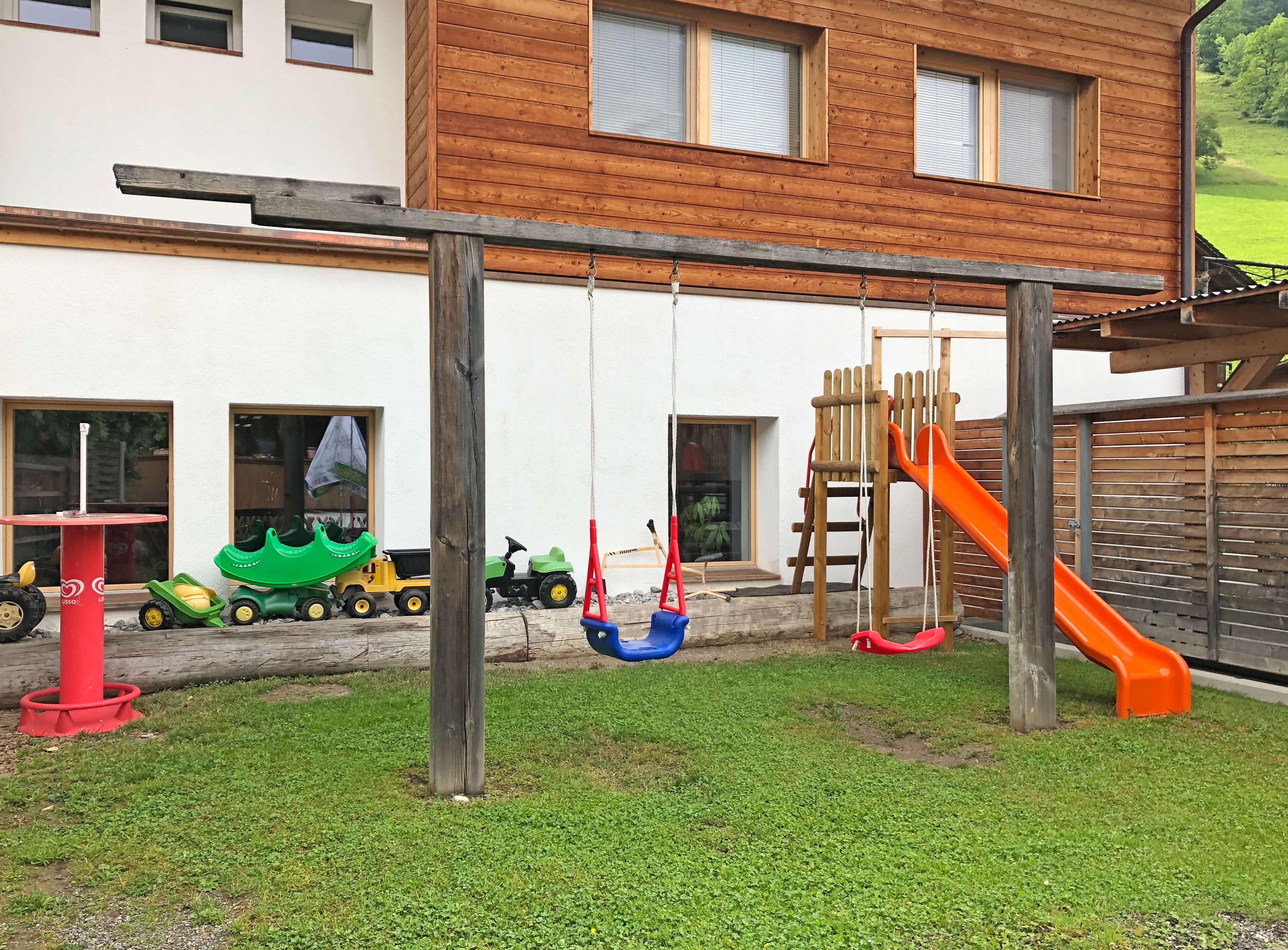 Spielplatz Hirschen Diemtigen mit Spieltraktoren