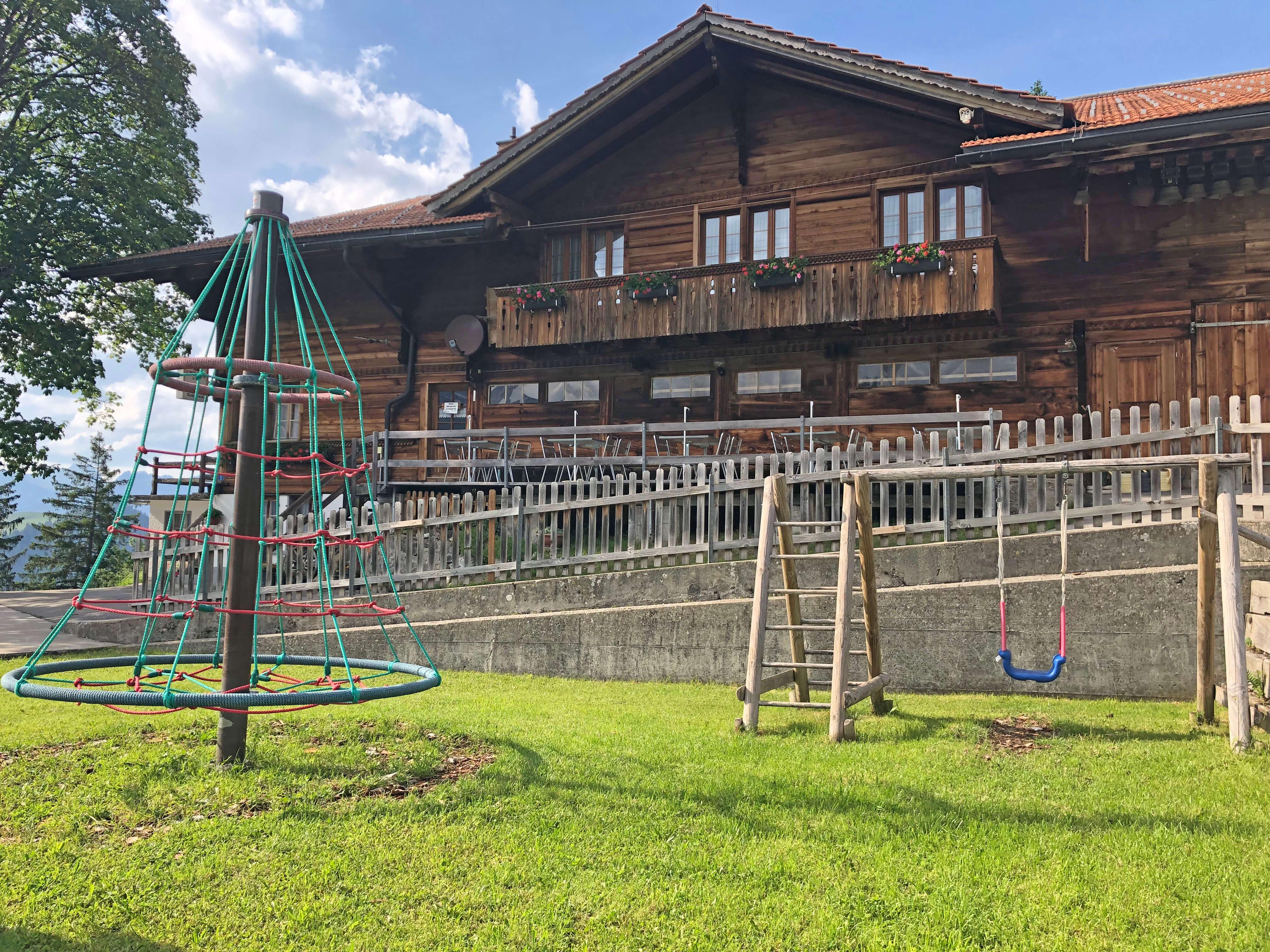 Spielplatz Gsässweid mit Schaukel und Karusell