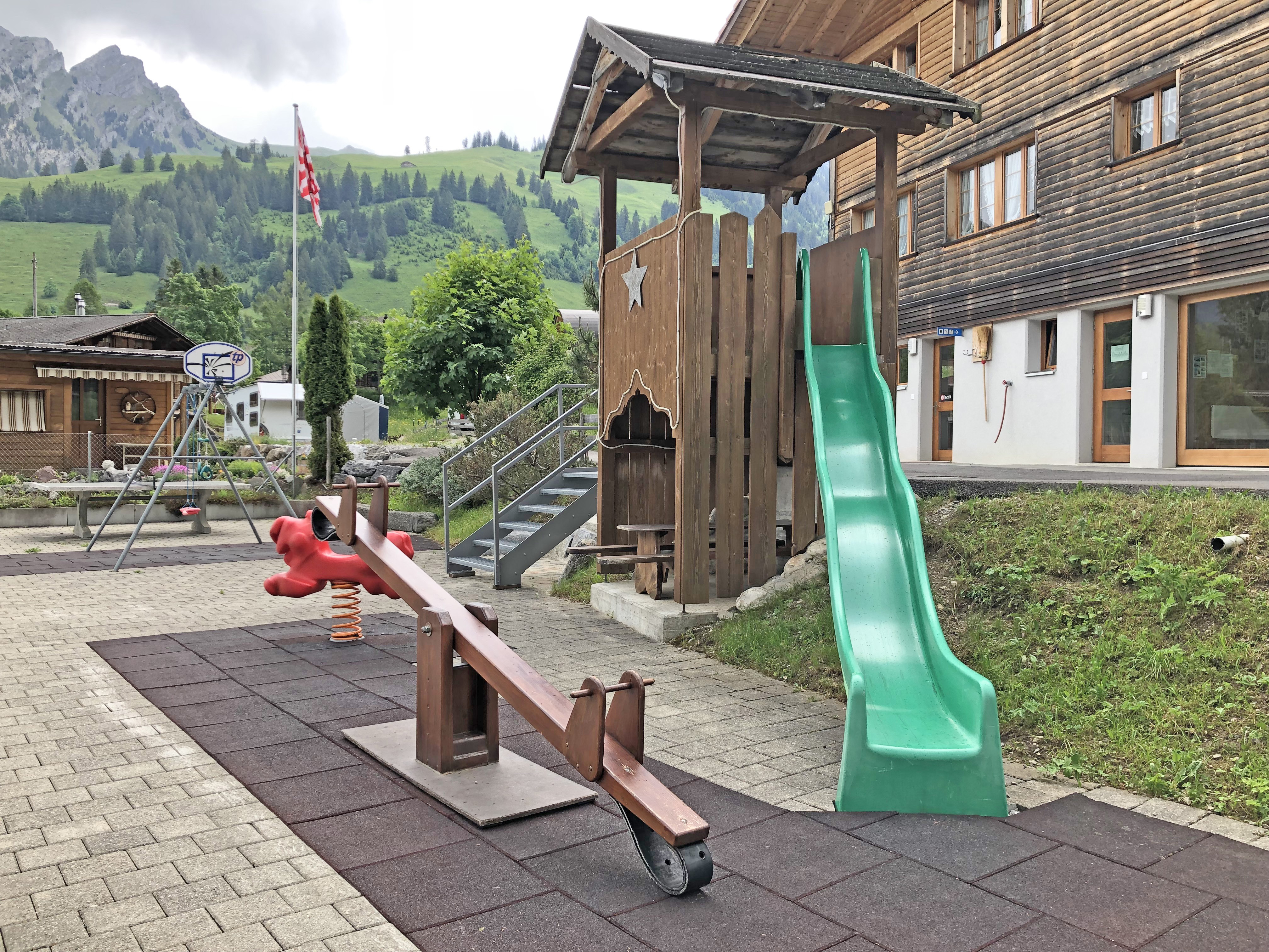 Spielplatz mit Wippe und Rutschbahn