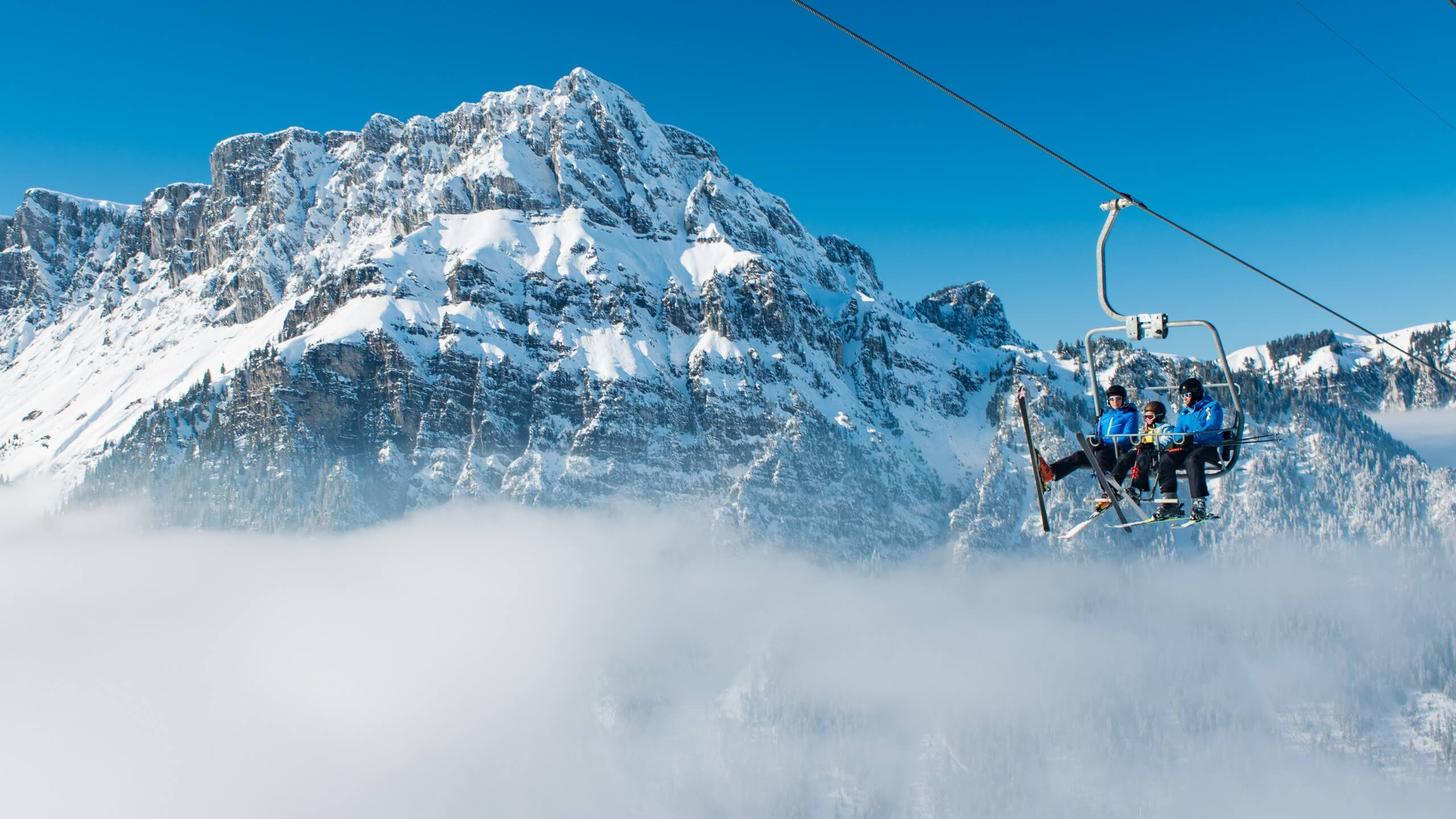 diemtigtal-grimmialp-winter-skifahren-sessellift-nebel-winteraktivitaeten