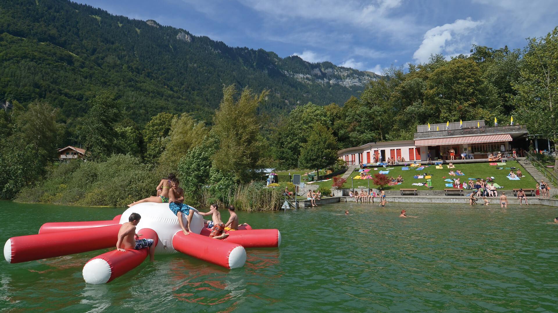 ringgenberg-naturstrandbad-burgseeli-sommer-spass-spielgeraet