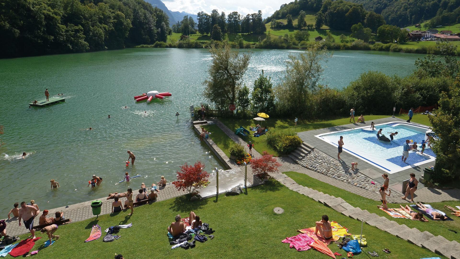 ringgenberg-naturstrandbad-burgseeli-sommer-betrieb-besucher