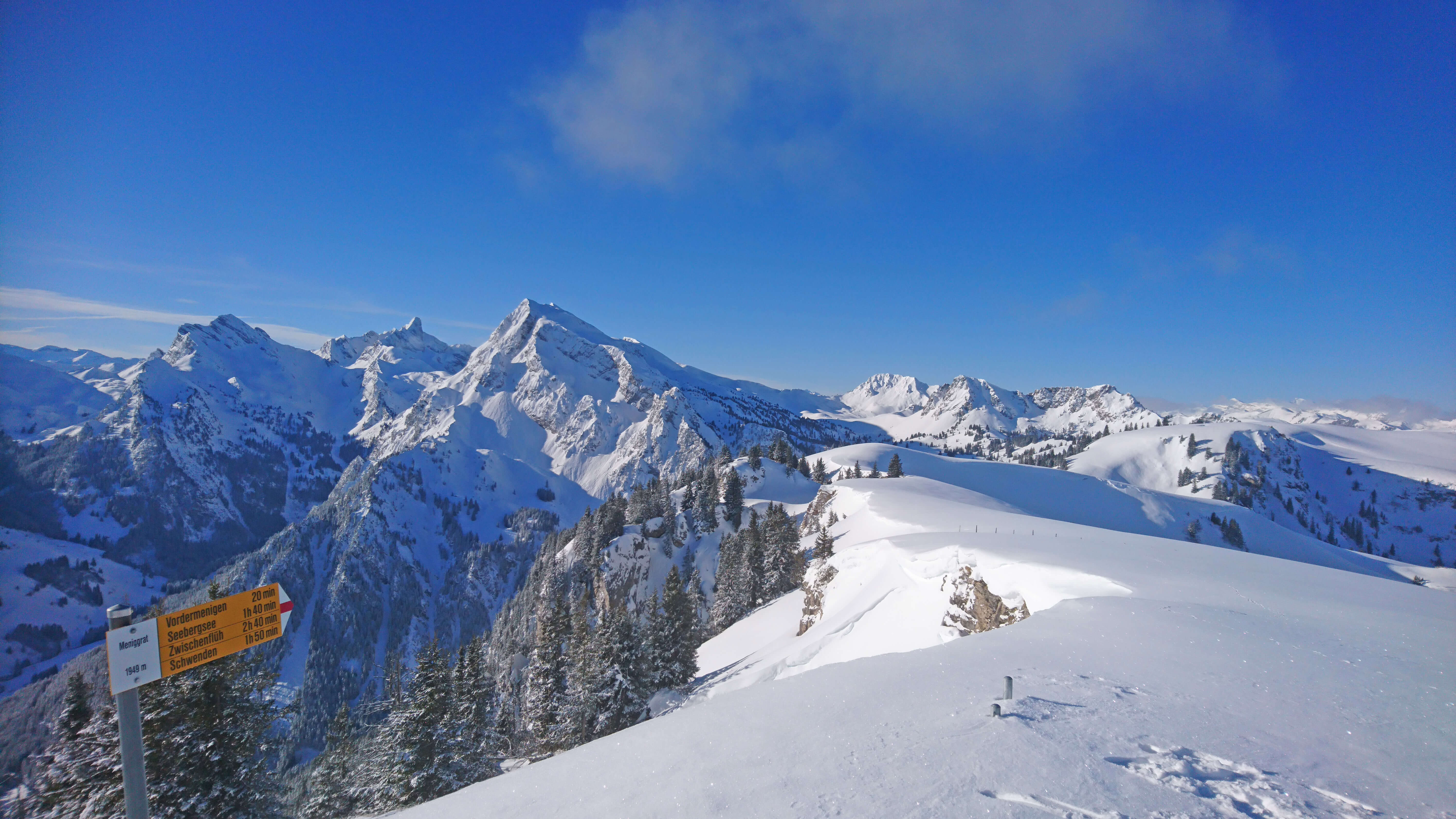 Unvergessliche Skitour in verschneiter Winterlandschaft auf dem Meniggrat
