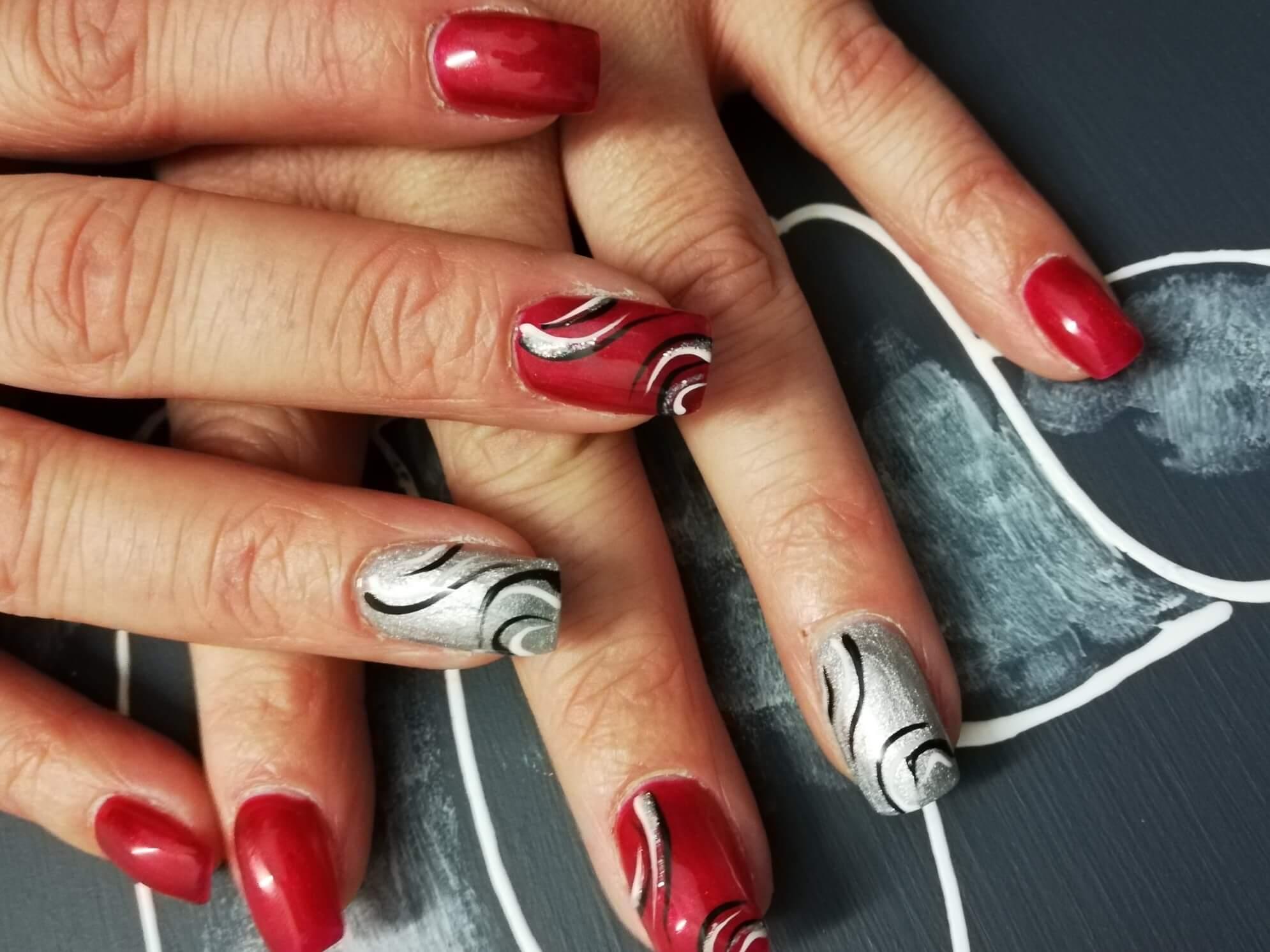 Rote und silberne Fingernägel