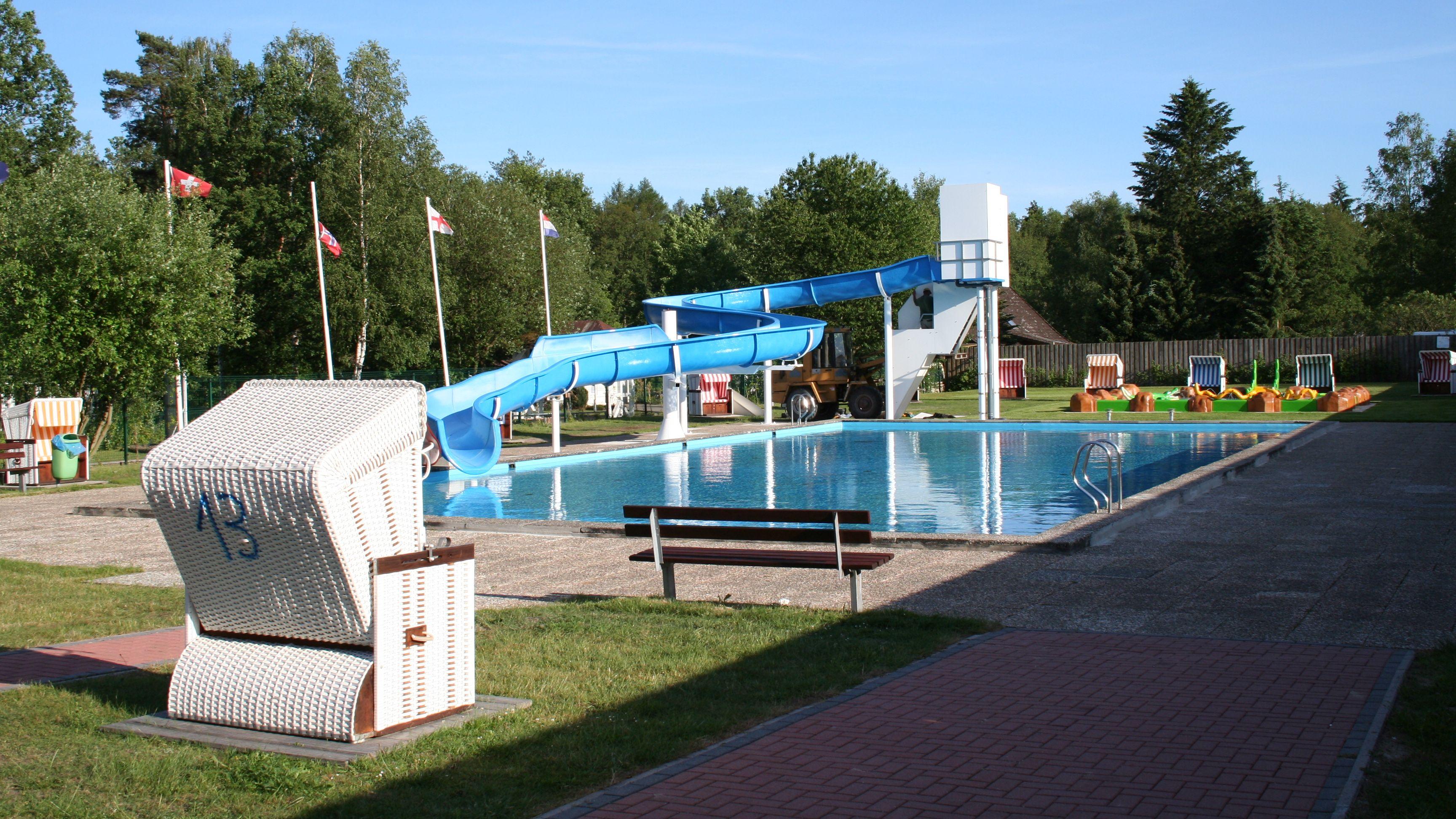 ferienpark-heidesee-fassberg-aussenschwimmbad-a
