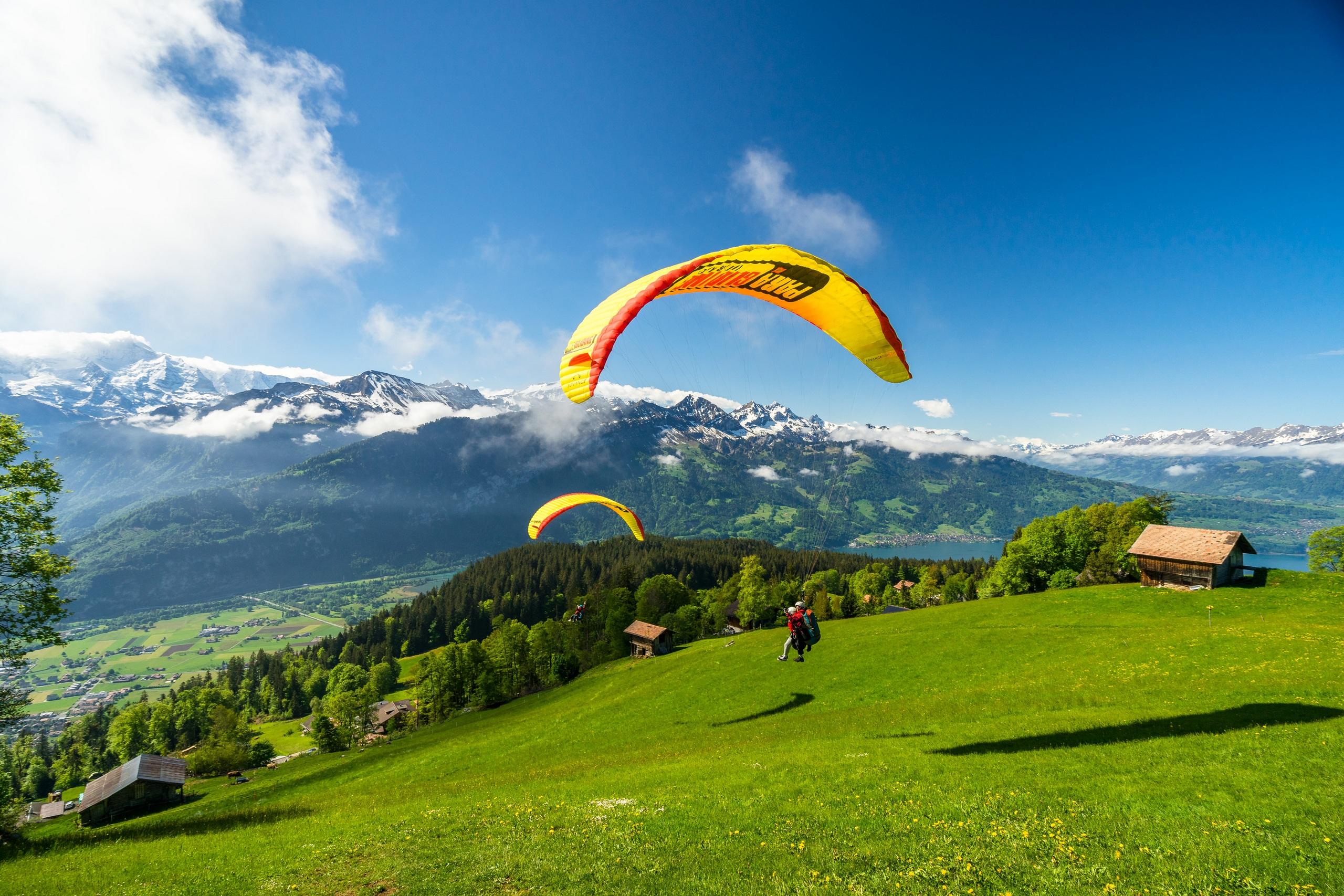 paragliding-interlaken-sommer-berge-panorama-sonnenschein