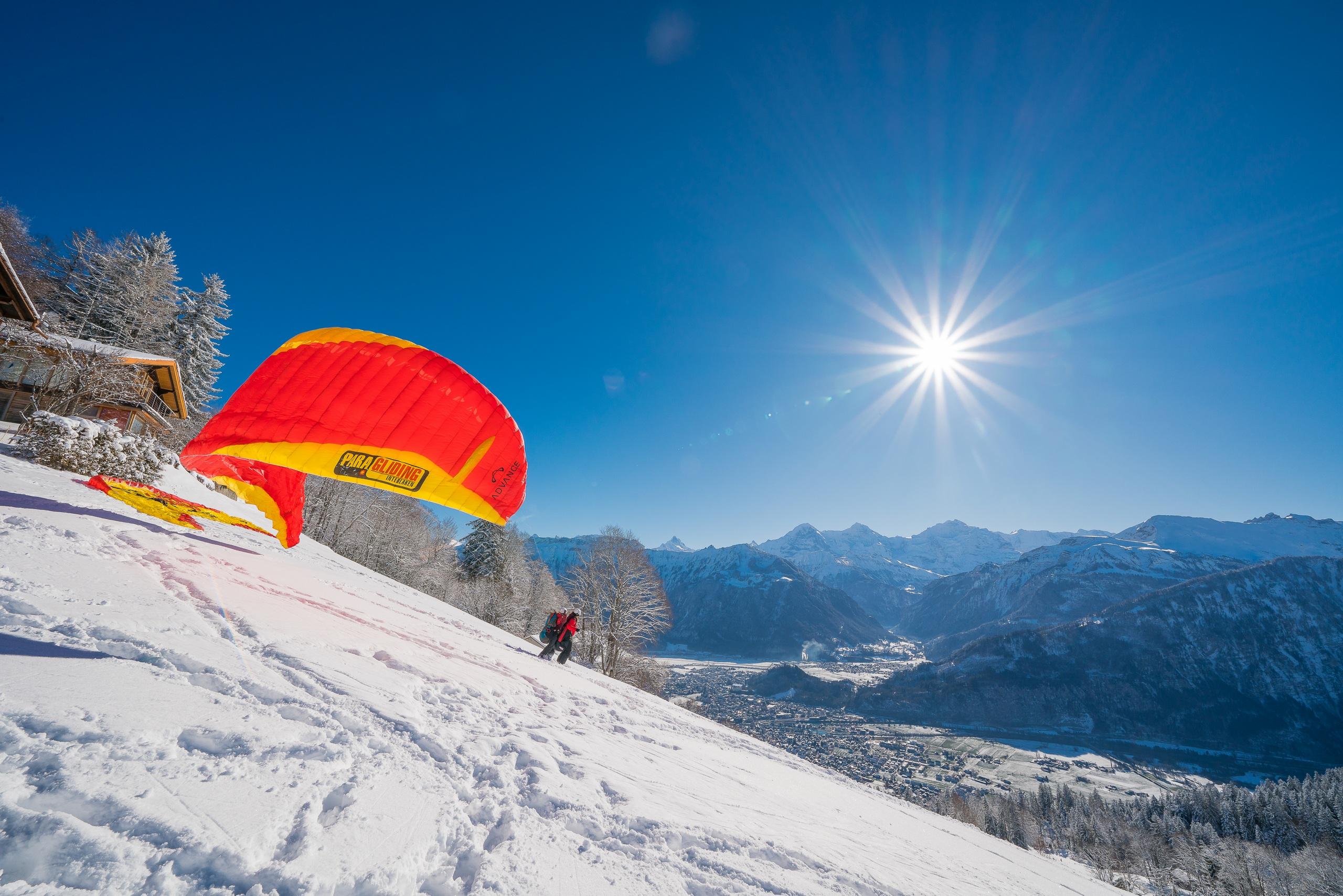 paragliding-interlaken-sonnenschein-winter-schnee