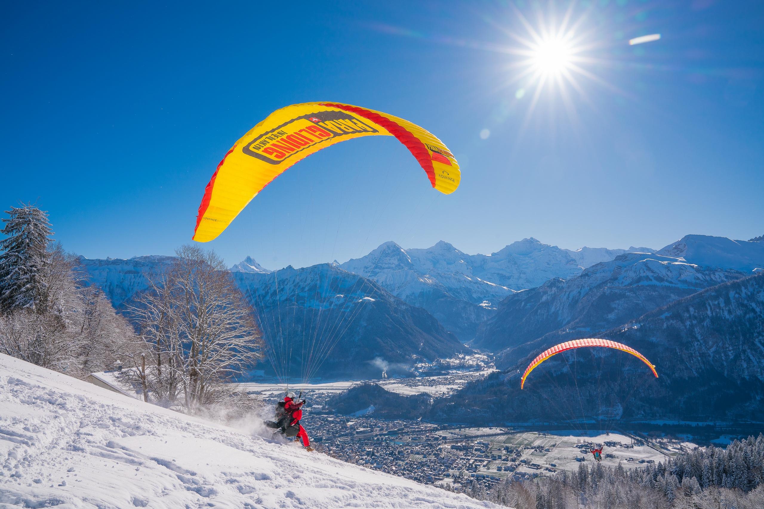paragliding-interlaken-berge-winter-schnee