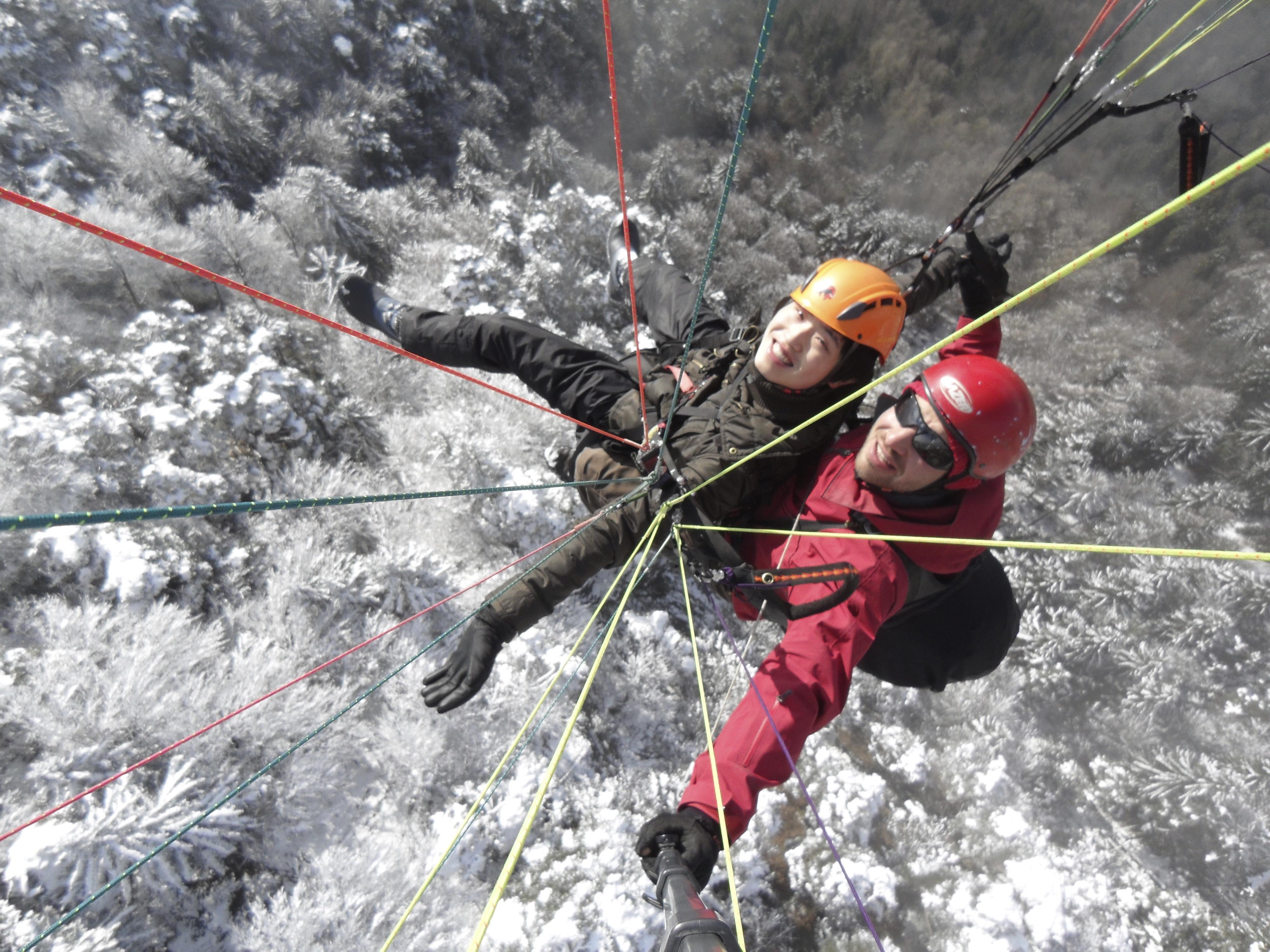 swiss-paragliding-wald-schnee-winter