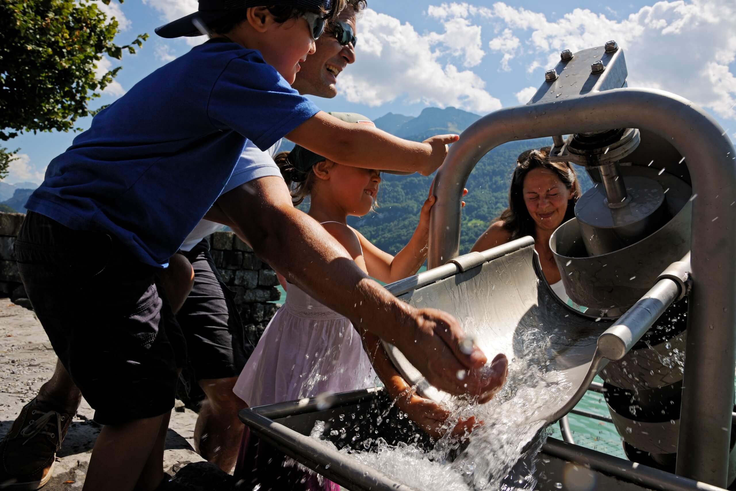brienz-wasserspiel-sommer-familie