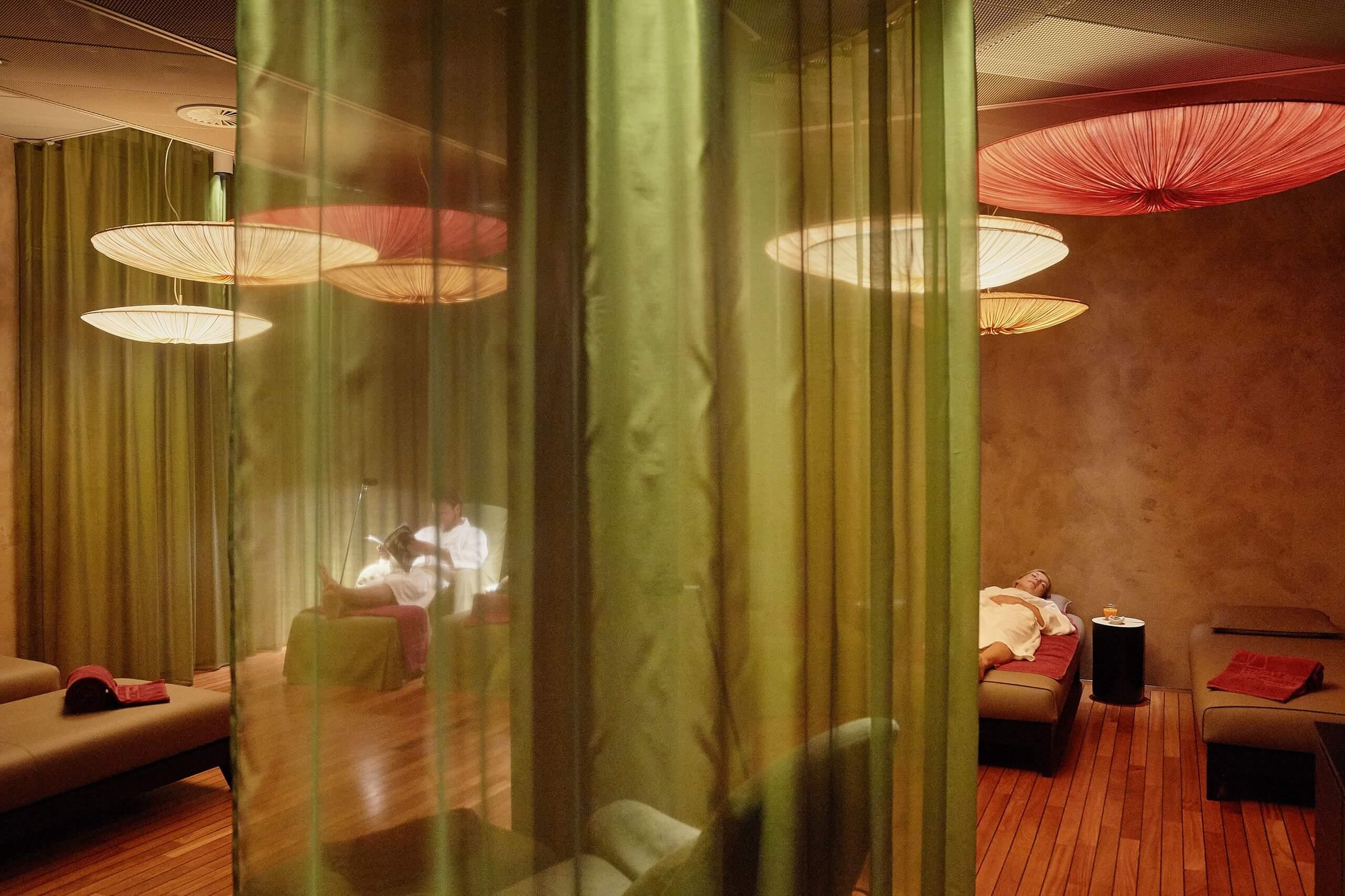 inbalance-hotel-seepark-ruheraum-liegestuehle