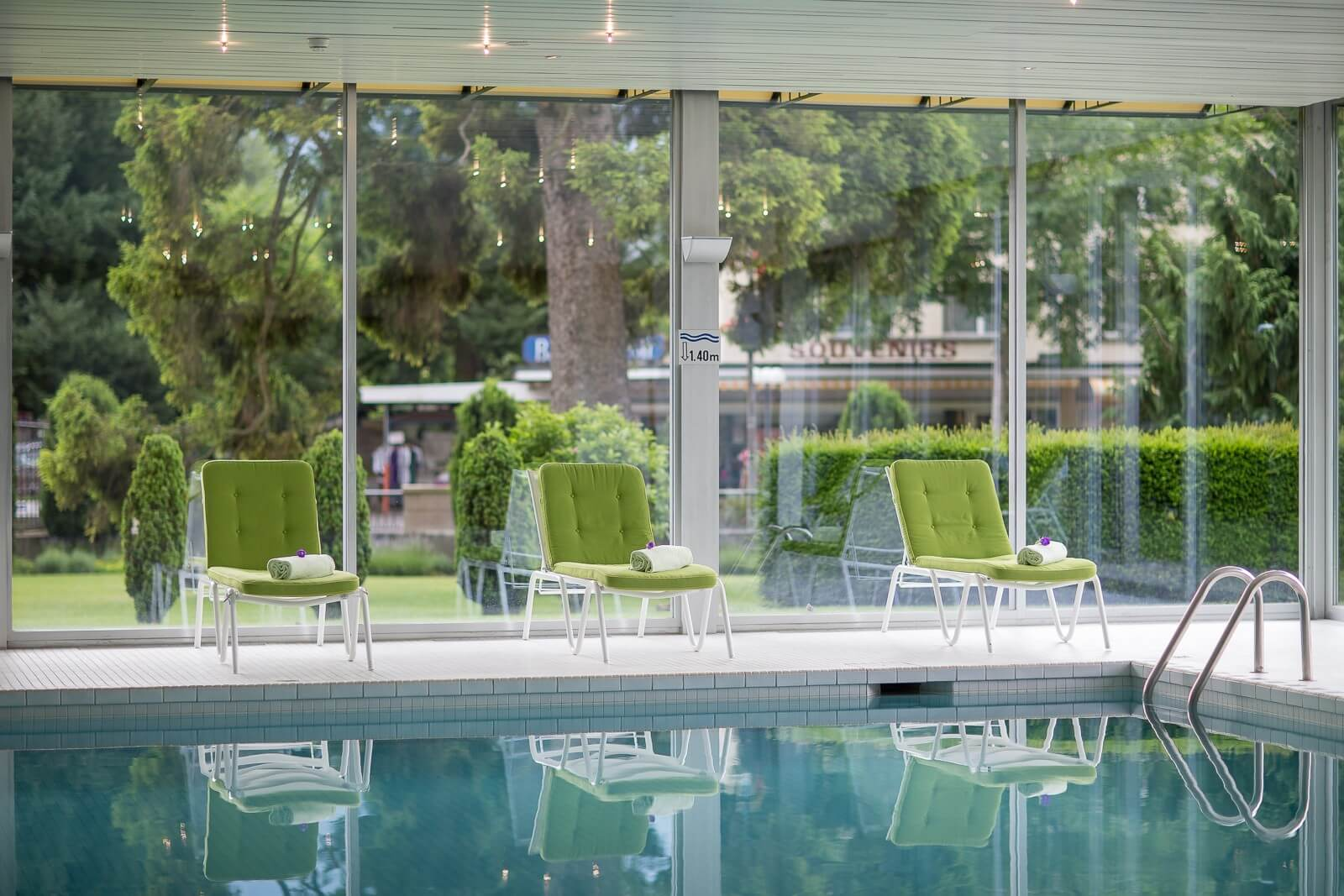 interlaken-clarins-beauty-center-pool-blick-nach-draussen