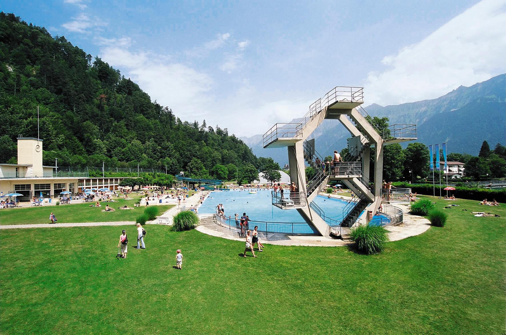 interlaken-boedelibad-springturm-sommer-liegewiese